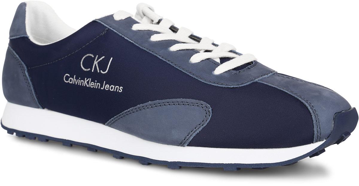 SE8191Стильные мужские кроссовки York от Calvin Klein Jeans являются прекрасным вариантом для активной повседневной жизни. Верх модели выполнен из текстиля и натурального нубука. Одна из боковых сторон, задник и язычок оформлены названием бренда. Удобная шнуровка гарантирует надежную фиксацию изделия на ноге. Стелька из материала ЭВА с текстильной поверхностью обеспечивает максимальный комфорт и амортизацию при движении. Промежуточная подошва из материала ЭВА гарантирует дополнительную поддержку и защиту стопы. Резиновая подошва с рифлением обеспечивает надежное сцепление с любой поверхностью. В таких кроссовках вашим ногам будет комфортно и уютно.