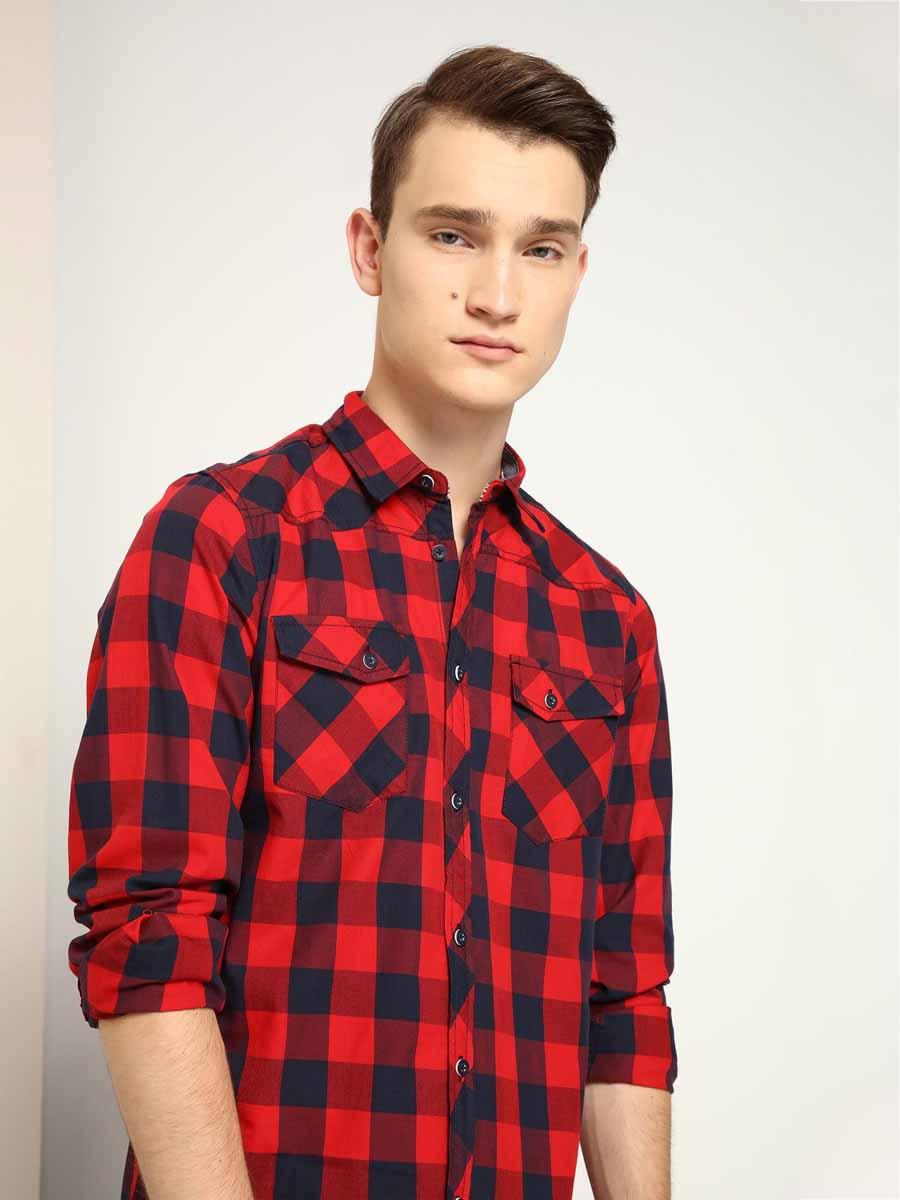РубашкаSKL2083CEМужская приталенная рубашка выполнена из хлопка и оформлена клетчатым принтом. Спереди изделие дополнено накладными карманами и застегивается на пуговицы. Модель со стандартным длинным рукавом и отложным воротником.