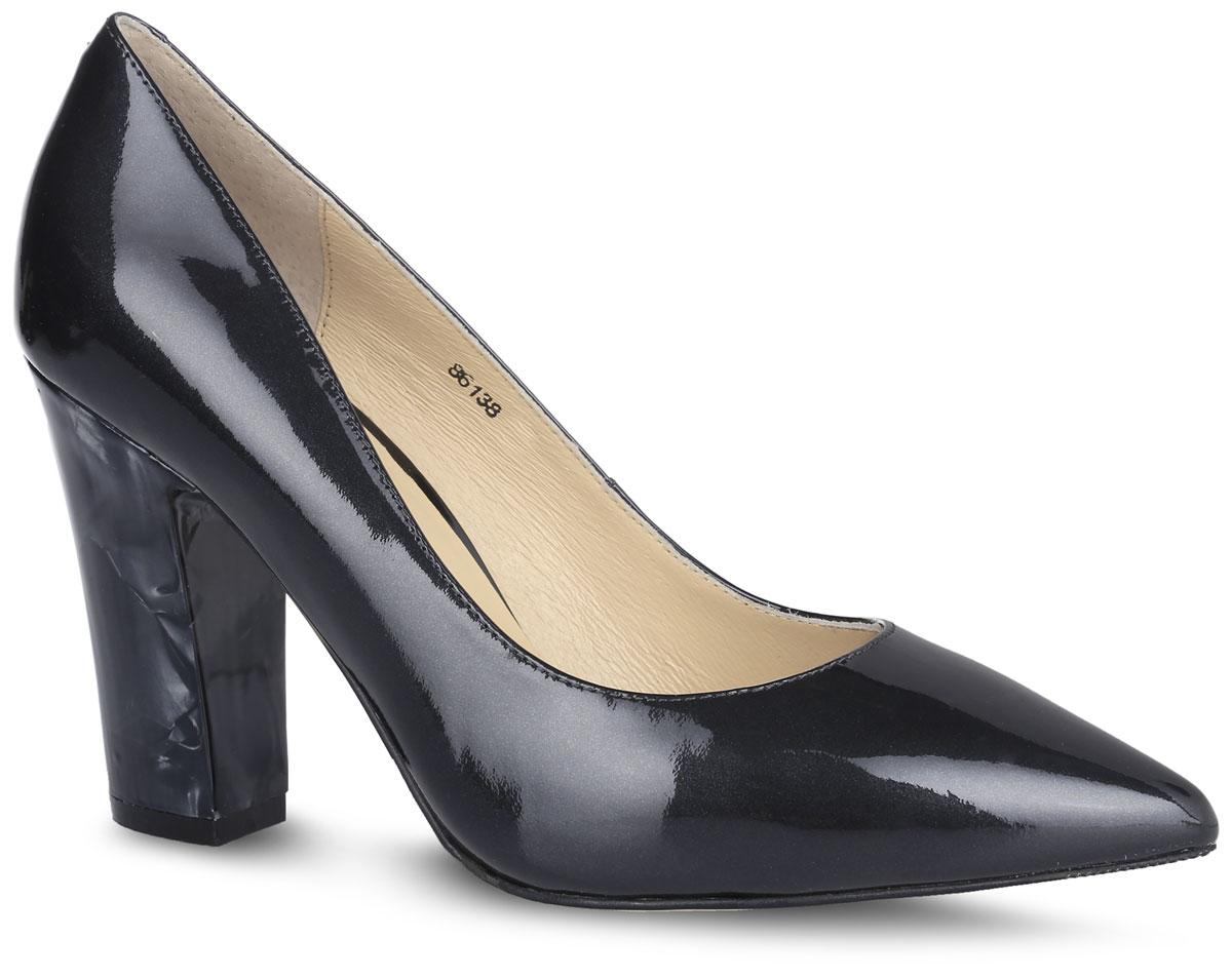 Туфли женские. 8613886138Элегантные туфли от Vitacci не оставят вас незамеченной! Модель выполнена из натуральной лакированной кожи. Заостренный носок смотрится невероятно женственно. Подкладка и мягкая стелька из натуральной кожи с названием бренда комфортны при ходьбе. Широкий каблук-столбик устойчив и удобен, выполнен в оригинальном дизайне. Рифленая поверхность подошвы гарантирует отличное сцепление с любыми поверхностями. Стильные туфли - незаменимая вещь в гардеробе настоящей модницы! Они подчеркнут ваш стиль и индивидуальность.