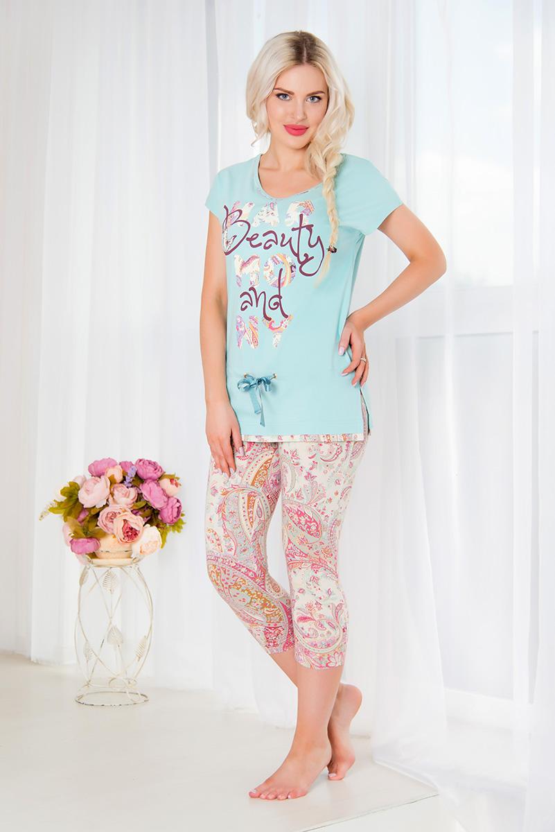Домашний комплектSS16-MCUZ-305Женский домашний комплект Mia Cara включает в себя футболку и капри. Комплект изготовлен из приятного на ощупь высококачественного эластичного хлопка. Капри дополнены широкой эластичной резинкой на поясе и украшены красочным принтом. Футболка с короткими цельнокроеными рукавами и круглым вырезом горловины украшена надписью Beauty and Harmony и дополнена шнурком-кулиской на талии. Российский бренд Mia Cara с итальянским темпераментом воплотил в своей продукции традиционное европейское качество, ультрамодный дизайн и исключительный комфорт. Эксклюзивные авторские принты и набивные рисунки, разработанные дизайнерами из Милана для торговой марки вызывают восхищение и восторг у самых требовательных женщин, ценящих красоту и удобство! Все полотна, использующиеся для производства одежды, изготовлены из высококачественного хлопка, изделия очень мягкие на ощупь и тактильно приятные. В ткань нежно вплетены специальные волокна эластана, которые ...