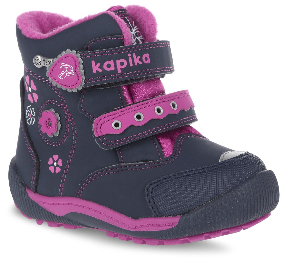 41145-1Удобные высокие ботинки от Kapika придутся по душе вашей дочурке! Модель изготовлена из искусственной кожи и текстиля с применением мембраны. Мембранная обувь называется дышащей, защищает от влаги, своевременно отводит естественные испарения тела и сохраняет комфортный микроклимат при ношении. Изделие оформлено на тыльной стороне - цветочным принтом, объемным цветком и металлическим элементом логотипа бренда, прострочкой, на язычке - оригинальной нашивкой, на ремешках - тиснением с названием бренда, аппликацией и вставкой с люверсами. Два ремешка на застежках-липучках надежно фиксируют изделие на ноге. Мягкая подкладка и стелька исполненные из текстиля, на 80% состоящего из натурального овечьего шерстяного меха, обеспечивают тепло и надежно защищают от холода. Рифление на подошве гарантирует идеальное сцепление с любыми поверхностями. Стильные ботинки займут достойное место в гардеробе вашего ребенка, они идеально подойдут для теплой зимы, а также поздней осени и ранней...