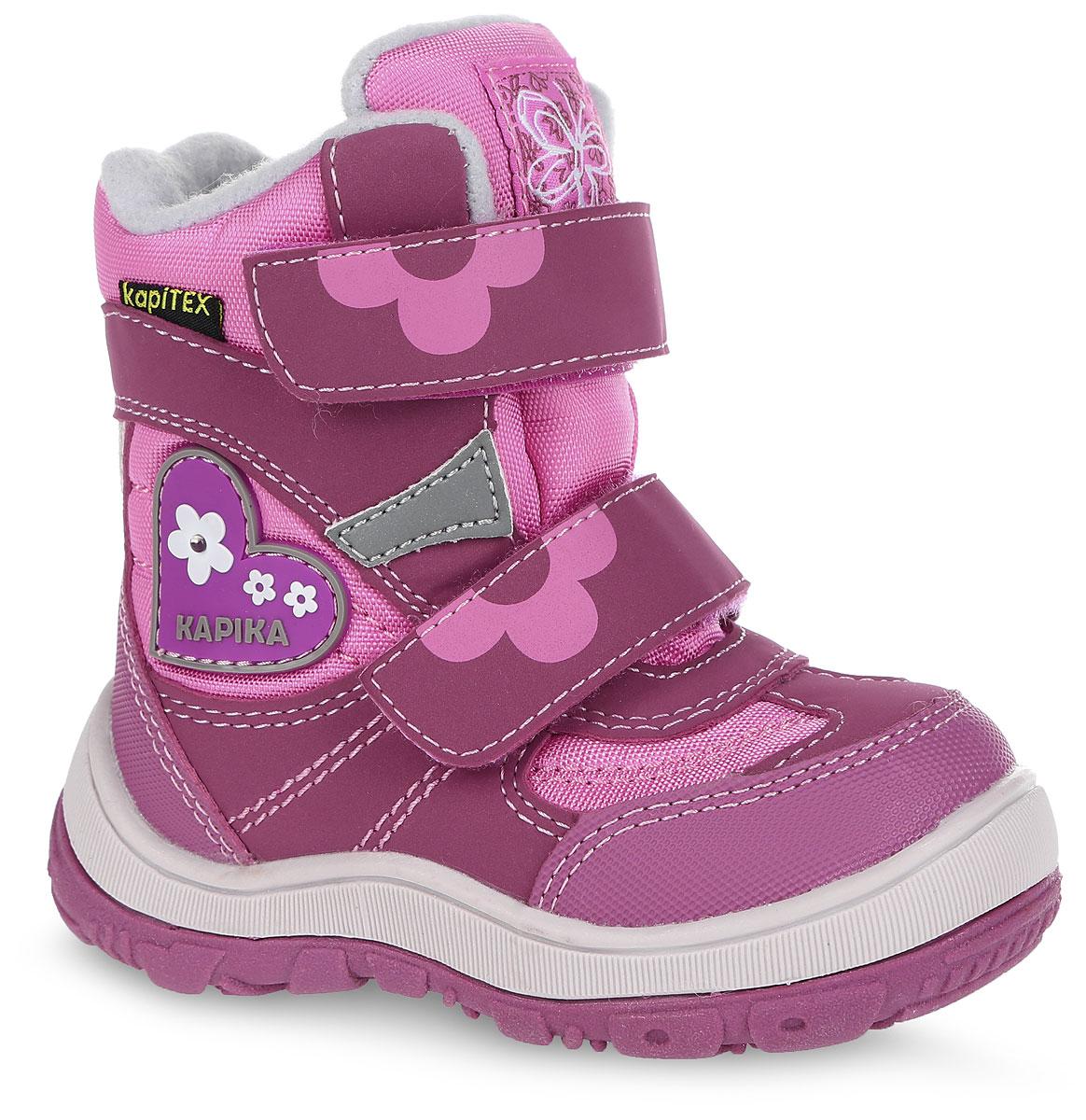 Ботинки для девочки. 41138-141138-1Удобные высокие ботинки от Kapika придутся по душе вашей дочурке! Модель изготовлена из искусственной кожи и плотного текстиля с применением мембраны. Мембранная обувь называется дышащей, защищает от влаги, своевременно отводит естественные испарения тела и сохраняет комфортный микроклимат при ношении. Изделие оформлено прострочкой, на язычке - оригинальной нашивкой, на тыльной стороне - аппликацией из ПВХ в виде сердечка с цветами и названием бренда, один из цветков дополнен огоньком, мигающим при ходьбе. Два ремешка на застежках-липучках надежно фиксируют изделие на ноге. Мягкая подкладка и стелька исполненные из искусственного меха, на 80% состоящего из натуральной овечьей шерсти, обеспечивают тепло и надежно защищают от холода. Рифление на подошве гарантирует идеальное сцепление с любыми поверхностями. Стильные ботинки займут достойное место в гардеробе вашего ребенка, они идеально подойдут для теплой зимы, а также поздней осени и ранней весны.