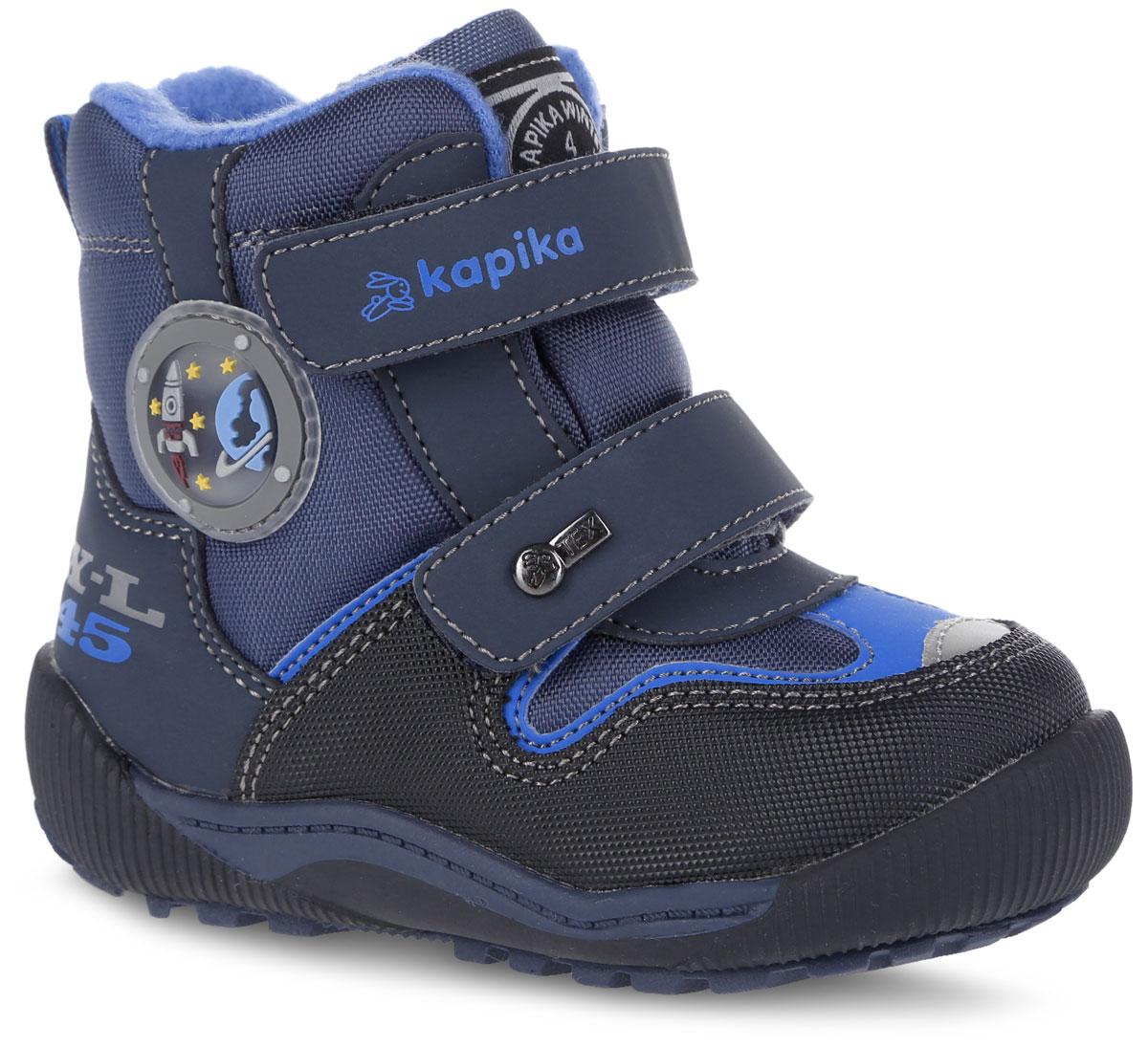 Ботинки для мальчика. 41173-141173-1Удобные высокие ботинки от Kapika придутся по душе вашему мальчику! Модель изготовлена из искусственной кожи и плотного текстиля. Изделие оформлено вставками и прострочкой, сбоку - аппликацией из ПВХ на тему космоса, на язычке - фирменной нашивкой, на ремешках - тиснением с названием бренда и металлическим элементом. Ярлычок на заднике предназначен для удобства обувания. Два ремешка на застежках-липучках надежно фиксируют изделие на ноге. Мягкая подкладка и стелька исполненные из текстиля, на 80% состоящего из натурального овечьего шерстяного меха, обеспечивают тепло, циркуляцию воздуха и сохраняют комфортный микроклимат в обуви. Рифление на подошве гарантирует идеальное сцепление с любыми поверхностями. Стильные ботинки займут достойное место в гардеробе вашего ребенка, они идеально подойдут для теплой зимы, а также поздней осени и ранней весны.