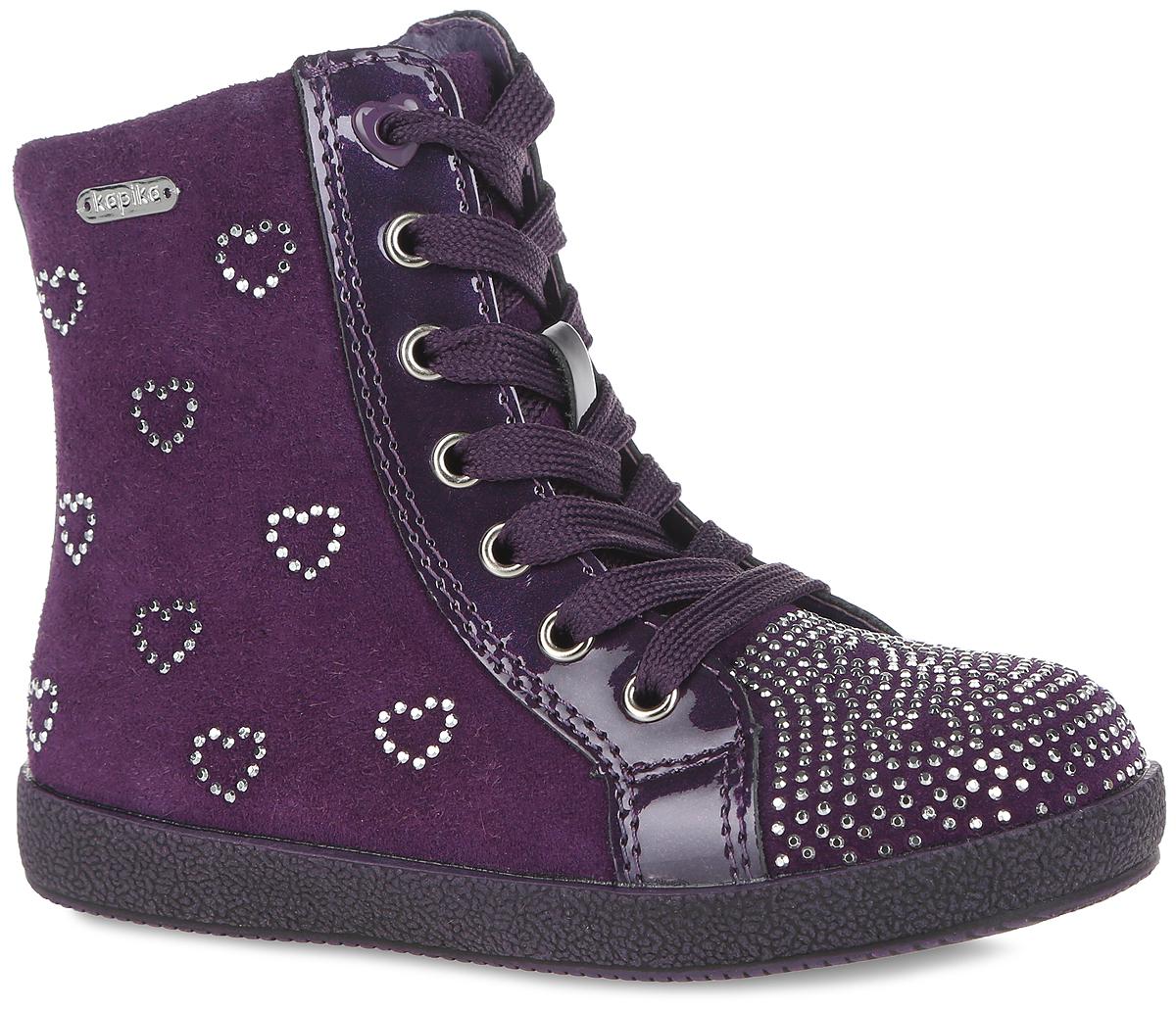 Ботинки для девочки. 5220252202Прелестные детские ботинки от Kapika заинтересуют вашу маленькую модницу с первого взгляда. Модель полностью выполнена из натуральной кожи и дополнена нашивками с лаковым покрытием. Ботинки украшены стразами, на боковой стороне расположена пластинка с названием бренда. Модель фиксируется на ноге с помощью удобной молнии. Регулировать объем можно с помощью шнурков. Стелька из мягкого текстиля и шерсти дополнена небольшим супинатором с перфорацией, который обеспечивает правильное положение стопы ребенка при ходьбе и предотвращает плоскостопие. Мягкий манжет создает комфорт при ходьбе и предотвращает натирание ножки ребенка. Легкая и гибкая подошва изготовлена из ТЭП-материала, а ее рифленая поверхность обеспечит отличное сцепление с любой поверхностью. Чудесные ботинки займут достойное место в гардеробе вашего ребенка.