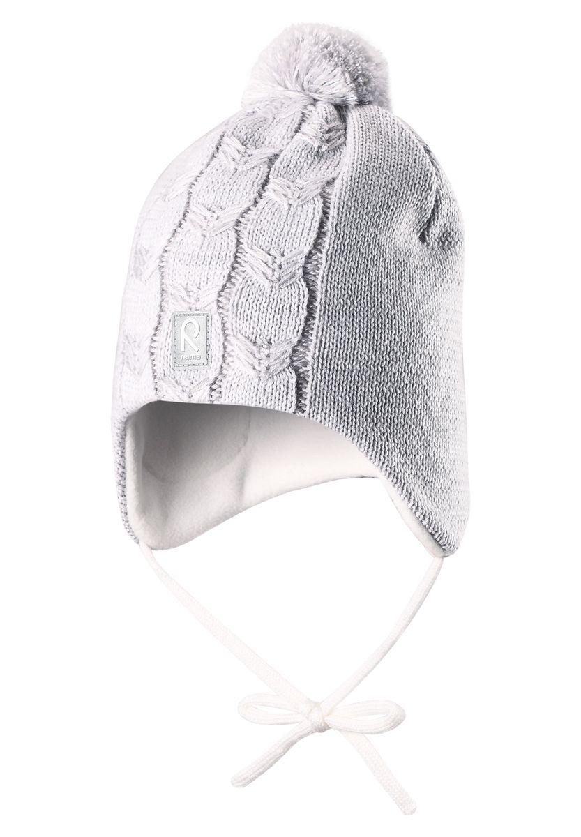 Шапка детская518365_0110Шапка для девочки Reima Piilossa станет отличным дополнением к детскому гардеробу. Изделие изготовлено из натуральной шерсти с подкладкой из мягкого и теплого флиса, что обеспечивает тепло и комфорт. Благодаря эластичной вязке, шапка идеально прилегает к голове ребенка. Шапка с пушистым помпоном оснащена удобными завязками, фиксирующимися под подбородком. По бокам модели предусмотрены ветронепроницаемые вставки, которые защищают маленькие ушки от холодного ветра. Изделие оформлено вязаным узором, спереди украшено светоотражающей нашивкой с логотипом бренда. Оригинальный дизайн и расцветка делают эту шапку стильным предметом детского гардероба. В ней ребенку будет тепло, уютно и комфортно. Уважаемые клиенты! Размер, доступный для заказа, является обхватом головы.
