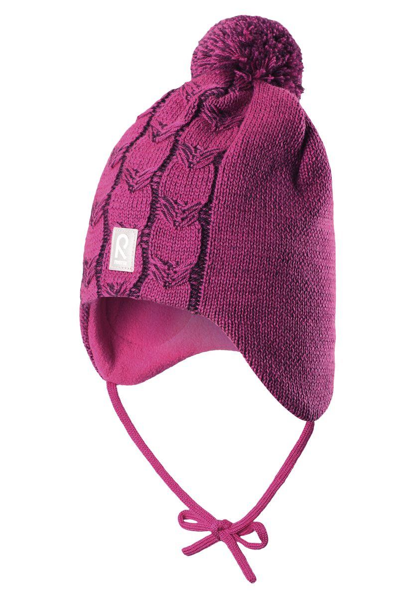 518365_0110Шапка для девочки Reima Piilossa станет отличным дополнением к детскому гардеробу. Изделие изготовлено из натуральной шерсти с подкладкой из мягкого и теплого флиса, что обеспечивает тепло и комфорт. Благодаря эластичной вязке, шапка идеально прилегает к голове ребенка. Шапка с пушистым помпоном оснащена удобными завязками, фиксирующимися под подбородком. По бокам модели предусмотрены ветронепроницаемые вставки, которые защищают маленькие ушки от холодного ветра. Изделие оформлено вязаным узором, спереди украшено светоотражающей нашивкой с логотипом бренда. Оригинальный дизайн и расцветка делают эту шапку стильным предметом детского гардероба. В ней ребенку будет тепло, уютно и комфортно. Уважаемые клиенты! Размер, доступный для заказа, является обхватом головы.