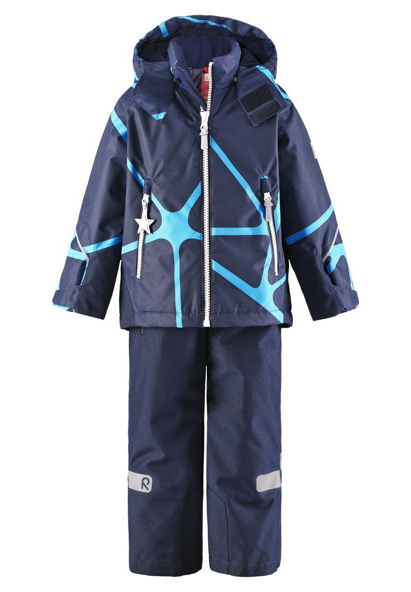 Комплект детский Kiddo Kide: куртка, брюки. 523102523102_4909Детский комплект одежды со средней степенью утепления Reima Kiddo Kide, состоящий из куртки и брюк, идеально подойдет для активных детей в прохладную погоду. Комплект изготовлен из прочного, дышащего, ветронепроницаемого материала с водонепроницаемой мембраной. Комбинированная подкладка выполнена из полиэстера. В качестве утеплителя используется 100% полиэстер. Внешние швы изделия проклеены. Куртка со съемным капюшоном и воротником-стойкой застегивается на пластиковую молнию с защитой подбородка и дополнительно оснащена внутренней ветрозащитной планкой. Капюшон, присборенный по бокам на резинки, защитит нежные щечки от ветра. Он пристегивается к куртке при помощи кнопок и дополнительно имеет клапан под подбородком с застежкой-липучкой. Для большего комфорта на капюшоне и воротнике используется мягкая и приятная на ощупь подкладка. На рукавах предусмотрены хлястики на липучках для регулировки объема. Понизу изделия проходит скрытая эластичная резинка со...