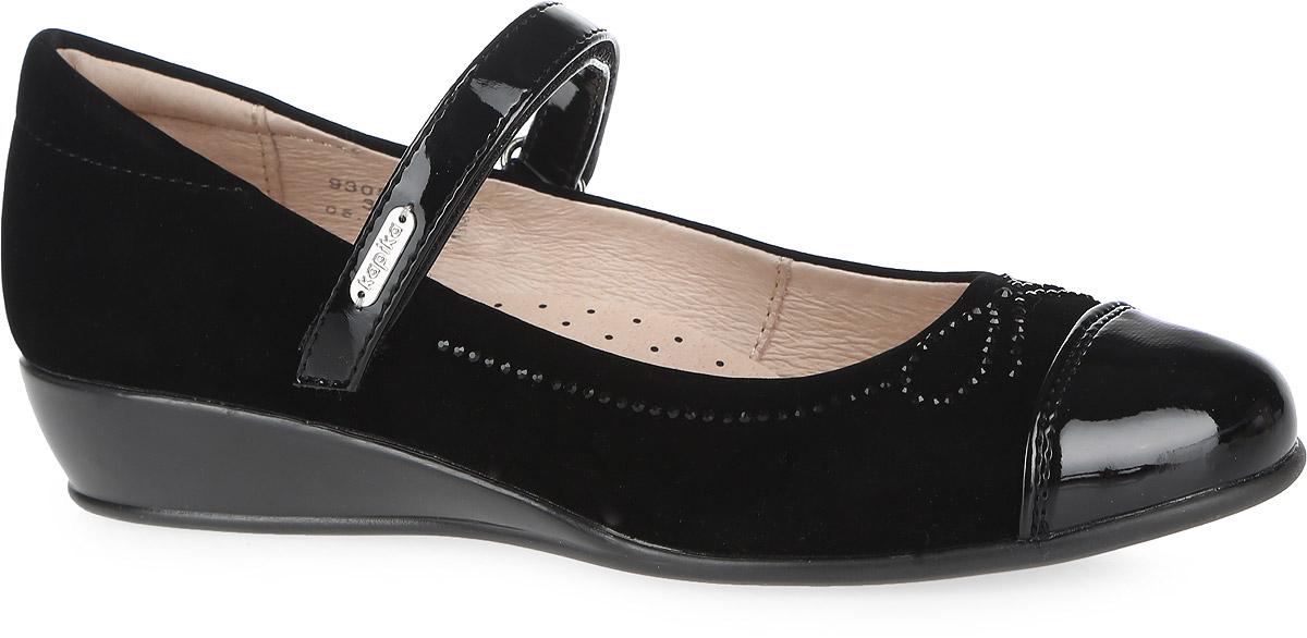 Туфли для девочки. 93059-293059-2Классические школьные туфли от Kapika заинтересуют вашу юную модницу с первого взгляда. Модель выполнена из качественной искусственной кожи, дополнена на носовой части лаковым покрытием и украшена бантиком из страз. На ноге модель фиксируется с помощью удобного ремешка на застежке-липучке, который оформлен названием бренда. Мягкий кант создает комфорт при ходьбе и предотвращает натирание ножки ребенка. Стелька из натуральной кожи дополнена супинатором с перфорацией, который обеспечивает правильное положение стопы ребенка при ходьбе и предотвращает плоскостопие. Легкая и гибкая подошва выполнена в виде небольшой танкетки, изготовленной из ТЭП-материала. Рифленая подошва обеспечит отличное сцепление с любой поверхностью. Такие модные и практичные туфли займут достойное место в гардеробе вашей девочки.