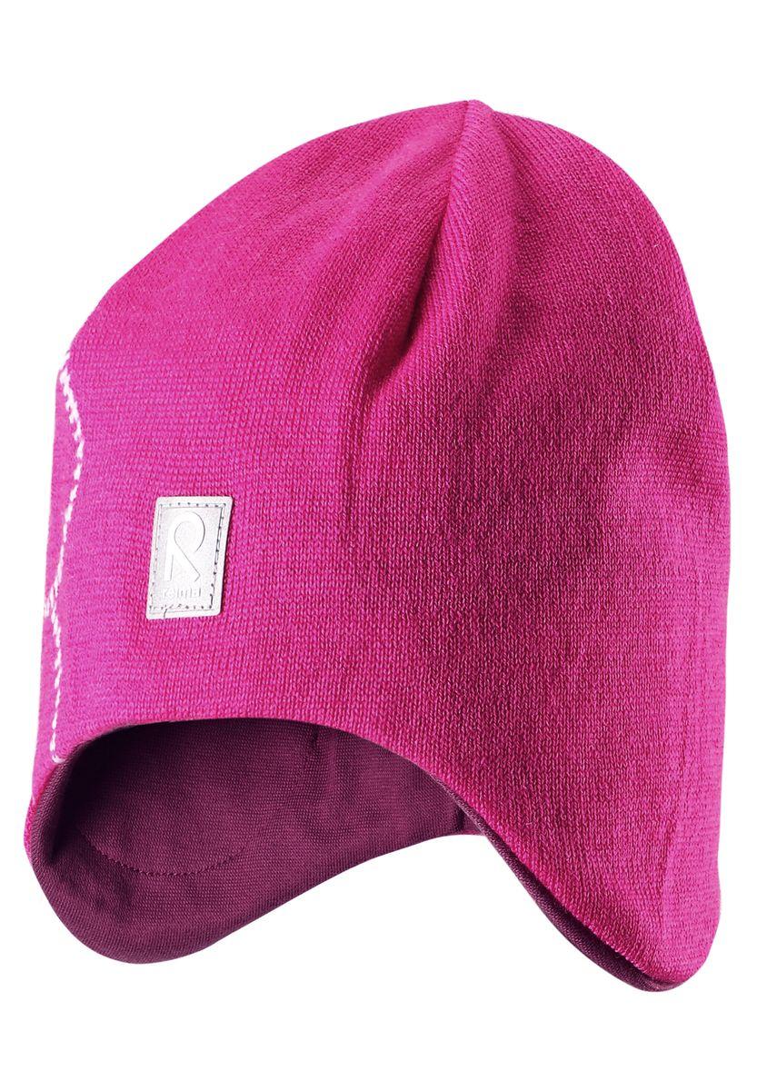 Шапка детская528492-0110Шерстяная шапка - главный выбор маленьких принцесс для холодных зимних дней! Теплая шерстяная шапка на подкладке из эластичного хлопчатобумажного трикотажа очень удобно носится. Модель защищает ушки и лоб, а ветронепроницаемые вставки в области ушей обеспечивают дополнительную защиту от холодного ветра. Красивый жаккардовый узор добавляет изюминку этому образу. Светоотражающая деталь обеспечивает видимость в темноте.