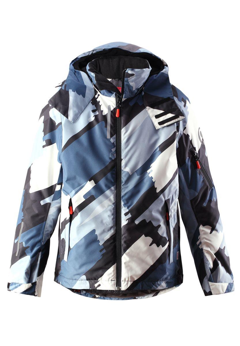 Куртка для мальчика Detour. 531253531253-6563Куртка Reima Detour со средней степенью утепления станет отличным дополнением к детскому гардеробу. Куртка изготовлена из водонепроницаемой и ветрозащитной мембранной ткани на подкладке из 100% полиэстера. Материал отличается высокой устойчивостью к трению, благодаря специальной обработке полиуретаном, поверхность изделия отталкивает грязь и воду, что облегчает поддержание аккуратного вида одежды. Куртка полностью водонепроницаема, так как все ее швы проклеены для обеспечения максимальной защиты от воды. Дышащий материал изделия обеспечивает дополнительный комфорт. В качестве утеплителя используется полиэстер. Куртка с воротником-стойкой и съемным капюшоном застегивается на пластиковую застежку-молнию. Капюшон, присборенный по бокам на резинку, защитит нежные щечки ребенка от ветра. Он пристегивается к куртке при помощи кнопок и застегивается на липучки. Глубина капюшона регулируется при помощи хлястика на липучке. Края рукавов оснащены эластичными...