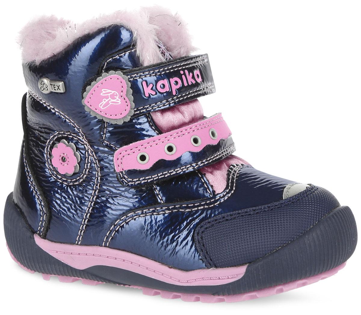 41145-2Стильные ботинки от Kapika заинтересуют вашу юную модницу с первого взгляда. Ботинки выполнены из искусственной кожи и плотного текстиля с лаковым покрытием. Модель оформлена оригинальными нашивками и прострочкой. Передняя и задняя части дополнены накладками для уменьшения износа обуви. Модель фиксируется на ноге с помощью удобных ремешков с застежками-липучками, одна из которых оформлена надписью с названием фирмы. Мягкий манжет и внутренняя поверхность из текстиля создают комфорт при ходьбе и предотвращают натирание ножки ребенка. Подкладка и стелька на 80% состоят из натуральной шерсти и обеспечат ножкам тепло и уют. Подошва изготовлена из прочного и легкого ТЭП-материала, а ее рифленая поверхность гарантирует отличное сцепление с любой поверхностью. Стильные и практичные ботинки займут достойное место в гардеробе вашей девочки.