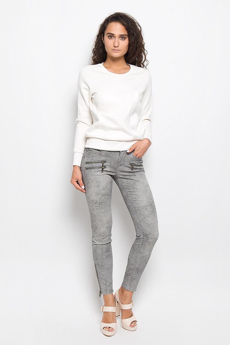 БрюкиAK0586Стильные женские брюки Calvin Klein Jeans изготовлены из эластичного хлопка с добавлением полиэстера. Они мягкие и приятные на ощупь, не стесняют движений и хорошо пропускают воздух, обеспечивая комфорт при носке. Укороченные брюки-скинни застегиваются на металлическую пуговицу и имеют ширинку на застежке-молнии. На поясе предусмотрены шлевки для ремня. Спереди расположены два втачных кармана и один маленький накладной, сзади - два накладных кармана. На брючинах снизу имеются застежки-молнии. Модель оформлена мелким принтом, украшена спереди имитацией прорезных карманов на застежках-молниях. Высокое качество кроя и пошива, актуальный дизайн и расцветка придают изделию неповторимый стиль и индивидуальность. Брюки займут достойное место в вашем гардеробе!