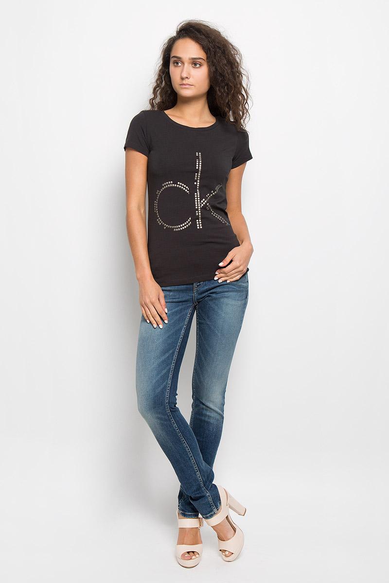 ФутболкаJ20J200544Модная женская футболка Calvin Klein Jeans изготовлена из эластичного хлопка. Материал изделия мягкий, тактильно приятный, не сковывает движения и хорошо пропускает воздух, обеспечивая комфорт при носке. Футболка с круглым вырезом горловины и короткими рукавами имеет полуприлегающий силуэт. Изделие оформлено аппликацией в виде фирменного логотипа. Сзади на плечевом шве находится принтовая надпись, содержащая название бренда. Высокое качество, актуальный дизайн и расцветка придают изделию неповторимый стиль и индивидуальность. Футболка займет достойное место в вашем гардеробе!