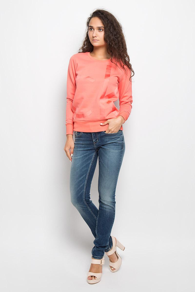 J20J201008Женский свитшот Calvin Klein Jeans, выполненный из хлопка с добавлением полиэстера, станет идеальным вариантом для создания образа в стиле Casual. Материал необычайно мягкий и тактильно приятный, не сковывает движения и хорошо вентилируется. Лицевая сторона изделия гладкая, изнаночная с теплым начесом. Модель с круглым вырезом горловины и длинными рукавами оформлена спереди крупной термоаппликацией в виде логотипа бренда. Вырез горловины и низ свитшота дополнены трикотажными резинками. На рукавах предусмотрены широкие манжеты. Изделие украшено небольшой фирменной металлической пластиной. Высокое качество, актуальный дизайн и расцветка придают изделию неповторимый стиль и индивидуальность. Свитшот займет достойное место в вашем гардеробе!