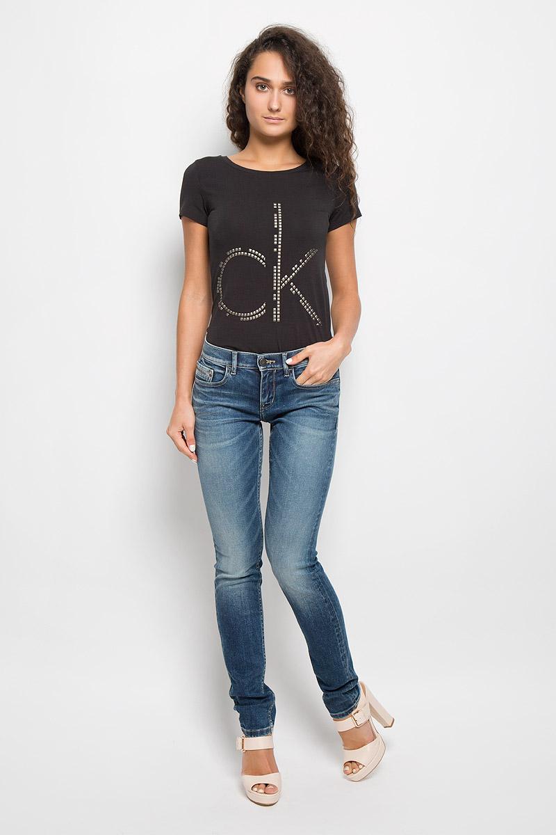 ДжинсыJ20J201008Женские джинсы Calvin Klein Jeans изготовлены из эластичного хлопка. Они мягкие и приятные на ощупь, не стесняют движений и позволяют коже дышать, обеспечивая комфорт при носке. Джинсы-скинни застегиваются на металлическую пуговицу и имеют ширинку на застежке-молнии. На поясе предусмотрены шлевки для ремня. Спереди расположены два втачных кармана и один маленький накладной, сзади - два накладных кармана. Модель оформлена эффектом потертости, перманентными складками и прострочкой. Высокое качество кроя и пошива, актуальный дизайн и расцветка придают изделию неповторимый стиль и индивидуальность. Джинсы займут достойное место в вашем гардеробе!