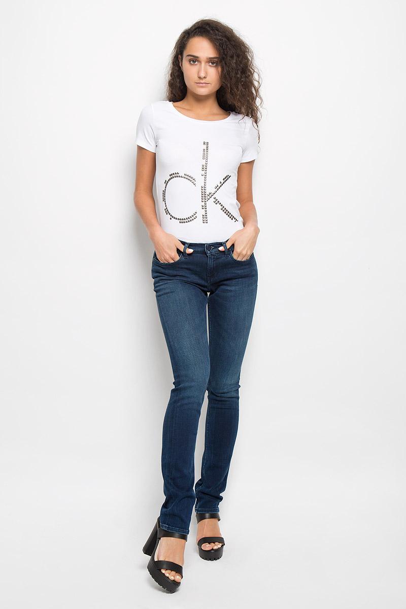 PJ-135/553-6352Женские джинсы Calvin Klein Jeans изготовлены из эластичного хлопка с добавлением полиэстера. Они мягкие и приятные на ощупь, не стесняют движений и позволяют коже дышать, обеспечивая комфорт при носке. Джинсы-слим застегиваются на металлическую пуговицу и имеют ширинку на застежке-молнии. На поясе предусмотрены шлевки для ремня. Спереди расположены два втачных кармана и один маленький накладной, сзади - два накладных кармана. Модель оформлена легким эффектом потертости и перманентными складками. Высокое качество кроя и пошива, актуальный дизайн и расцветка придают изделию неповторимый стиль и индивидуальность. Джинсы займут достойное место в вашем гардеробе!