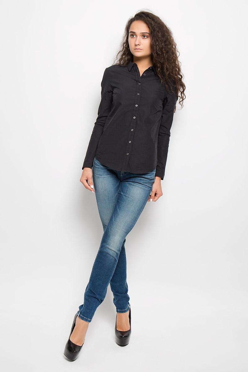 РубашкаJ2EJ204176Стильная женская рубашка Calvin Klein Jeans, изготовленная из натурального хлопка, подчеркнет ваш уникальный стиль. Материал изделия тактильно приятный, не сковывает движения и хорошо пропускает воздух, обеспечивая комфорт при носке. Рубашка с отложным воротником и длинными рукавами застегивается спереди на пуговицы и имеет декоративную планку. На манжетах предусмотрены застежки-пуговицы. Модель украшена небольшой металлической пластиной с названием бренда. Рубашка будет дарить вам комфорт в течение всего дня и послужит замечательным дополнением к вашему гардеробу.