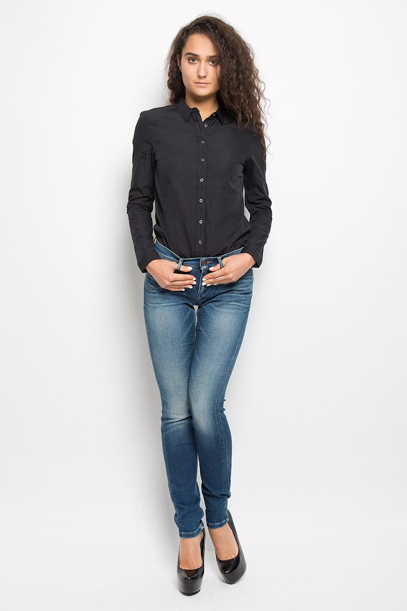 Джинсы7038Женские джинсы Calvin Klein Jeans изготовлены из эластичного хлопка. Они мягкие и приятные на ощупь, не стесняют движений и позволяют коже дышать, обеспечивая комфорт при носке. Джинсы-скинни застегиваются на металлическую пуговицу и имеют ширинку на застежке-молнии. На поясе предусмотрены шлевки для ремня. Спереди расположены два втачных кармана и один маленький накладной, сзади - два накладных кармана. Модель оформлена эффектом потертости и перманентными складками. Высокое качество кроя и пошива, актуальный дизайн и расцветка придают изделию неповторимый стиль и индивидуальность. Джинсы займут достойное место в вашем гардеробе!