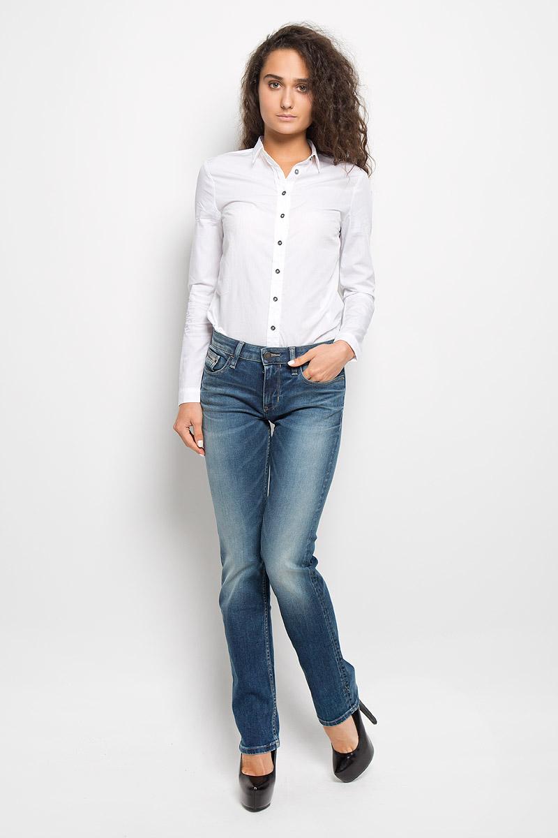 J20J200544Женские джинсы Calvin Klein Jeans изготовлены из эластичного хлопка. Они мягкие и приятные на ощупь, не стесняют движений и позволяют коже дышать, обеспечивая комфорт при носке. Прямые джинсы застегиваются на металлическую пуговицу и имеют ширинку на застежке-молнии. На поясе предусмотрены шлевки для ремня. Спереди расположены два втачных кармана и один маленький накладной, сзади - два накладных кармана. Модель оформлена эффектом потертости, перманентными складками и прострочкой. Высокое качество кроя и пошива, актуальный дизайн и расцветка придают изделию неповторимый стиль и индивидуальность. Джинсы займут достойное место в вашем гардеробе!