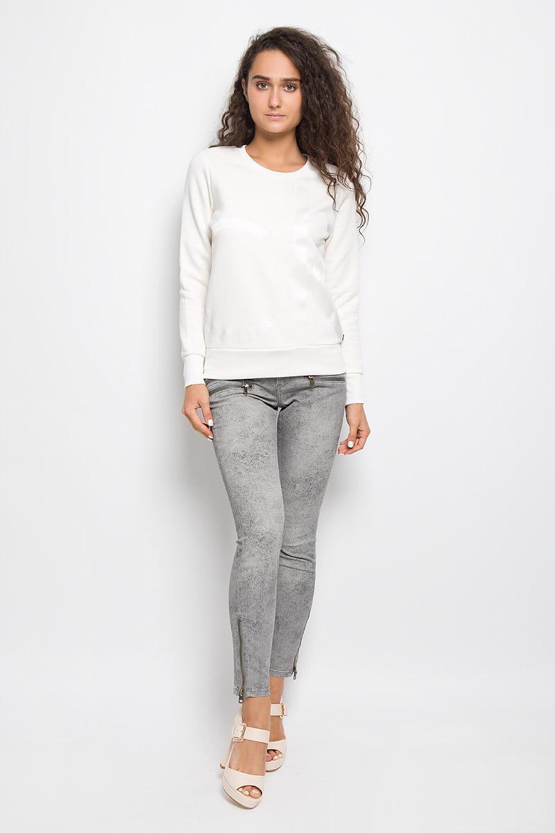 Свитшот женский Jeans. J20J201008J20J201008Женский свитшот Calvin Klein Jeans, выполненный из хлопка с добавлением полиэстера, станет идеальным вариантом для создания образа в стиле Casual. Материал необычайно мягкий и тактильно приятный, не сковывает движения и хорошо вентилируется. Лицевая сторона изделия гладкая, изнаночная с теплым начесом. Модель с круглым вырезом горловины и длинными рукавами оформлена спереди крупной термоаппликацией в виде логотипа бренда. Вырез горловины и низ свитшота дополнены трикотажными резинками. На рукавах предусмотрены широкие манжеты. Изделие украшено небольшой фирменной металлической пластиной. Высокое качество, актуальный дизайн и расцветка придают изделию неповторимый стиль и индивидуальность. Свитшот займет достойное место в вашем гардеробе!