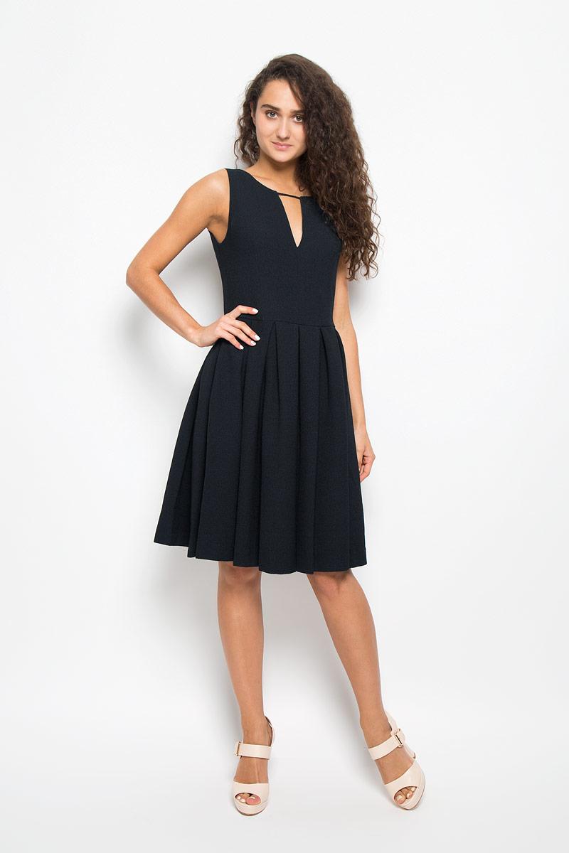 Платье. MX3002259MX3002259Элегантное платье Mexx выполнено из высококачественного эластичного полиэстера. Такое платье обеспечит вам комфорт и удобство при носке и непременно вызовет восхищение у окружающих. Модель средней длины на широких бретельках с V-образным вырезом горловины выгодно подчеркнет все достоинства вашей фигуры. Изделие имеет подкладку из полиэстера, застегивается на застежку-молнию на спинке. Платье имеет оригинальную рельефную фактуру. Изысканное платье-миди создаст обворожительный и неповторимый образ. Это модное и комфортное платье станет превосходным дополнением к вашему гардеробу, оно подарит вам удобство и поможет подчеркнуть ваш вкус и неповторимый стиль.