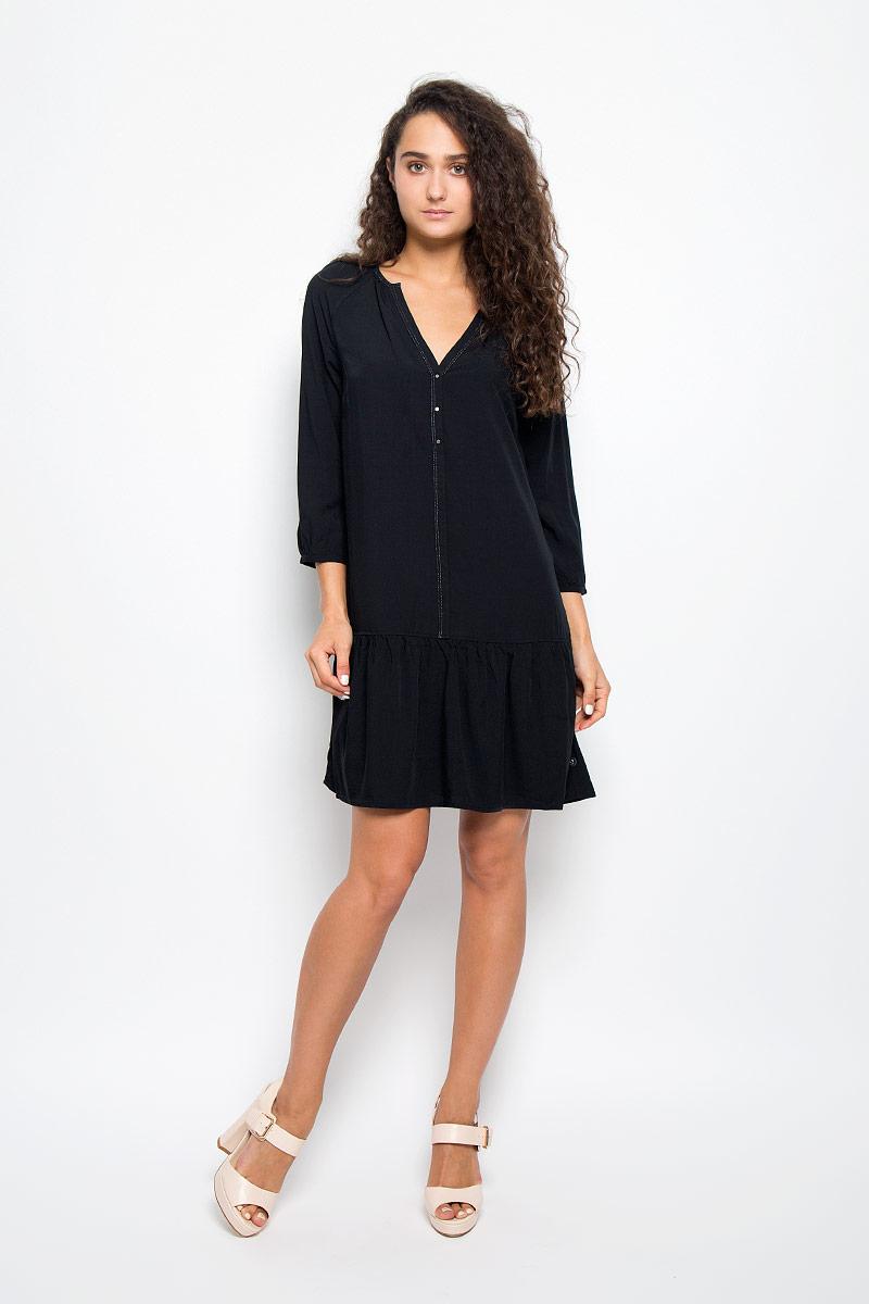 ПлатьеJ20J200544Элегантное платье Calvin Klein выполнено из высококачественной 100% вискозы. Такое платье обеспечит вам комфорт и удобство при носке и непременно вызовет восхищение у окружающих. Модель средней длины с рукавами-реглан 3/4 и V-образным вырезом горловины выгодно подчеркнет все достоинства вашей фигуры. Платье украшено имитацией пуговиц на груди. Манжеты рукавов застегиваются на пуговицы. Изысканное платье-миди создаст обворожительный и неповторимый образ. Это модное и комфортное платье станет превосходным дополнением к вашему гардеробу, оно подарит вам удобство и поможет подчеркнуть ваш вкус и неповторимый стиль.