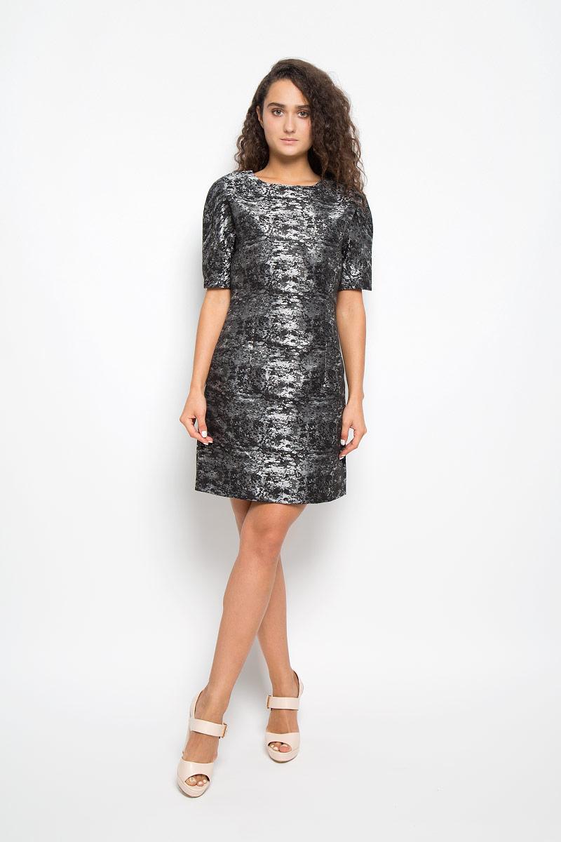 ПлатьеMX3002140Элегантное платье Mexx выполнено из высококачественного полиэстера с добавлением вискозы. Такое платье обеспечит вам комфорт и удобство при носке и непременно вызовет восхищение у окружающих. Модель средней длины с короткими цельнокроеными рукавами и круглым вырезом горловины выгодно подчеркнет все достоинства вашей фигуры. Изделие имеет подкладку из полиэстера, застегивается на застежку-молнию на спинке. Платье оформлено оригинальным блестящим узором и дополнено двумя втачными карманами спереди. Изысканное платье-миди создаст обворожительный и неповторимый образ. Это модное и комфортное платье станет превосходным дополнением к вашему гардеробу, оно подарит вам удобство и поможет подчеркнуть ваш вкус и неповторимый стиль.