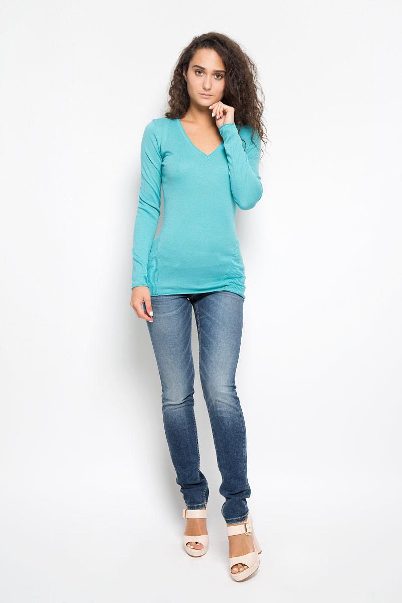 Пуловер7038Женский пуловер Calvin Klein Jeans выполнен из натурального хлопка. Материал изделия мягкий и приятный на ощупь, не стесняет движений и позволяет коже дышать, обеспечивая комфорт при носке. Удлиненная модель с V-образным вырезом горловины и длинными рукавами украшена на груди небольшим вышитым логотипом бренда. Вырез горловины, рукава и низ изделия имеют закрученные края. Современный дизайн и расцветка делают этот пуловер модным и стильным предметом женской одежды, в нем вы всегда будете чувствовать себя уютно и комфортно.