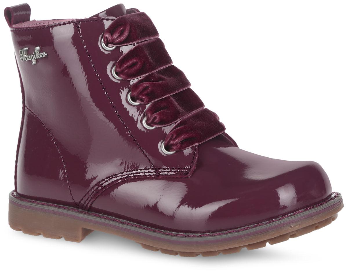 Ботинки для девочки. 5211752117Модные ботинки от Kapika понравятся вашей юной моднице с первого взгляда. Модель полностью выполнена из натуральной лакированной кожи и оформлена декоративным элементом с названием бренда. Задник дополнен кожаным язычком для облегчения обувания модели. Модель фиксируется на ноге с помощью удобной молнии. Шнуровка, выполненная из бархатистого материала, позволяет регулировать объем. Внутренняя поверхность, выполненная из текстиля с добавлением шерсти (30%), обеспечивает комфорт, сохраняет тепло и предотвращает натирание. Стелька дополнена небольшим супинатором с перфорацией, который обеспечивает правильное положение стопы ребенка при ходьбе и предотвращает плоскостопие. Подошва оснащена устойчивым каблуком и изготовлена из легкого и гибкого ТЭП-материала. Рифленая поверхность подошвы обеспечит отличное сцепление с любой поверхностью. Такие оригинальные и практичные сапоги займут достойное место в гардеробе вашего ребенка.