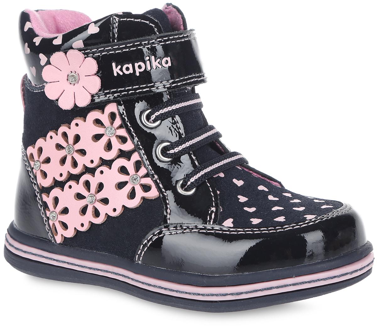 Ботинки для девочки. 5222552225Прелестные детские ботинки от Kapika заинтересуют вашу маленькую модницу с первого взгляда. Модель полностью выполнена из натуральной кожи различной фактуры. Ботинки оформлены оригинальным принтом с изображением сердец и нашивками с перфорацией в виде цветков, украшенных стразами. Модель фиксируется на ноге с помощью удобной молнии. Объем регулируется хлястиком на липучке, оформленным названием бренда, и эластичными шнурками. Стелька из мягкого текстиля и шерсти дополнена небольшим супинатором с перфорацией, который обеспечивает правильное положение стопы ребенка при ходьбе и предотвращает плоскостопие. Мягкий манжет создает комфорт при ходьбе и предотвращает натирание ножки ребенка. Легкая и гибкая подошва изготовлена из ТЭП- материала, а ее рифленая поверхность обеспечит отличное сцепление с любой поверхностью. Чудесные ботинки займут достойное место в гардеробе вашего ребенка. робе вашего ребенка.