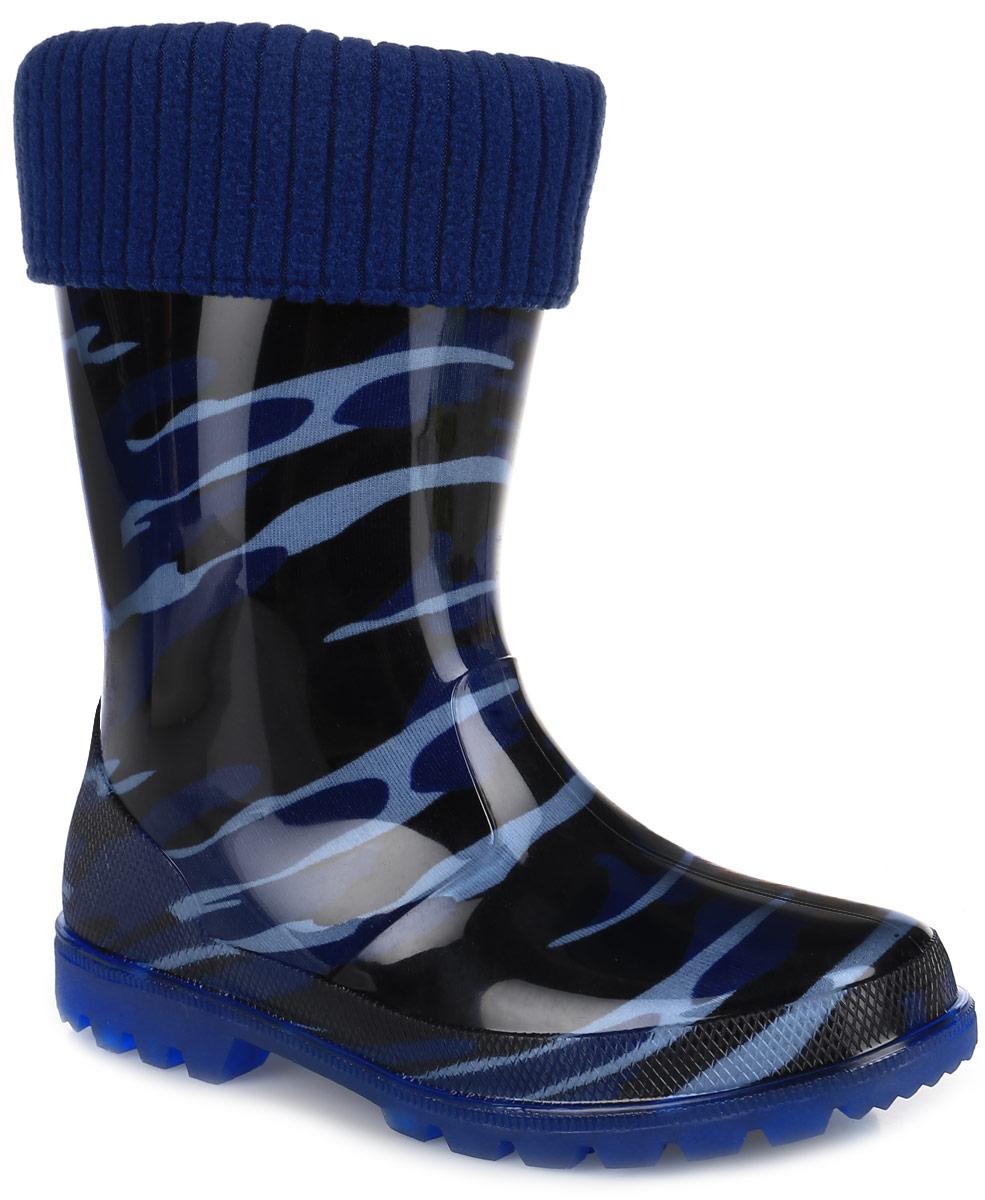 Резиновые сапоги для мальчика. 693693Прелестные резиновые сапоги от Kapika превосходно защитят ноги вашей девочки от промокания в дождливый день. Сапоги выполнены из качественного ПВХ и оформлены оригинальным принтом в стиле милитари. Сапоги дополнены съемной утепленной текстильной подкладкой, которая обеспечивает полный уют и комфорт при носке. Рифление подошвы гарантирует отличное сцепление с любой поверхностью. При движении подошва начинает светиться, благодаря чему вы всегда будете видеть вашего ребенка. Такие резиновые сапоги займут достойное место в гардеробе вашего ребенка и будут радовать не только вас, но и окружающих.