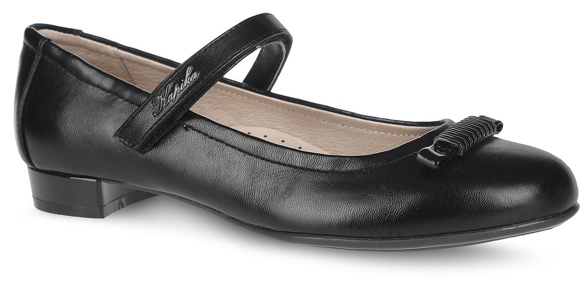 94031-2Прелестные туфли от Kapika придутся по душе вашей юной моднице! Модель на невысоком каблуке выполнена из искусственной кожи с блестящей поверхностью и оформлена на мысе - небольшим бантом, декорированным металлическим элементом. Подкладка, изготовленная из натуральной кожи, обеспечивает комфорт при движении. Стелька из ЭВА материала с поверхностью из натуральной кожи дополнена супинатором, который обеспечивает правильное положение ноги ребенка при ходьбе, предотвращает плоскостопие. Ремешок на застежке-липучке, украшенный названием бренда, надежно зафиксирует изделие на ноге. Подошва оснащена рифлением для лучшего сцепления с различными поверхностями. Удобные туфли - незаменимая вещь в гардеробе каждой девочки.
