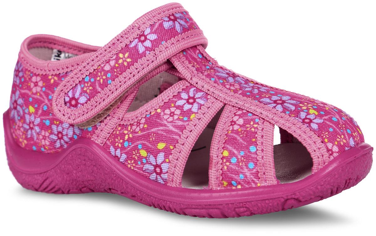 Сандалии для девочки. 22264ф-1122264ф-11Прелестные сандалии от Kapika заинтересуют вашу юную модницу с первого взгляда. Модель изготовлена из качественного текстиля и оформлена оригинальным цветочным принтом. На ноге модель фиксируется с помощью удобного ремешка с застежкой-липучкой. Подкладка выполнена из мягкого текстиля. Стелька, выполненная из мягкой натуральной кожи с добавлением ЭВА-материала, дополнена небольшим супинатором с перфорацией, который обеспечивает правильное положение стопы ребенка при ходьбе и предотвращает плоскостопие. Подошва выполнена из легкого и гибкого полимерного материала, а ее рифление гарантирует отличное сцепление с любой поверхностью. Такие стильные и удобные сандалии займут достойное место в гардеробе вашей девочки.