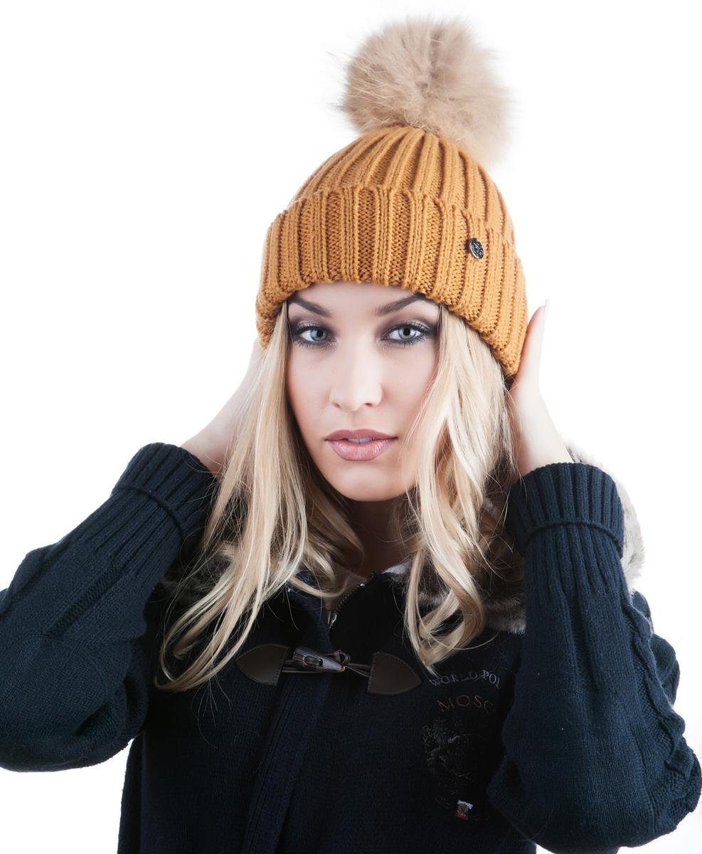 Шапка991466Женская шапка Avanta Cosma выполнена из шерсти с добавлением полиэстера. Модель с отворотом дополнена натуральным меховым помпоном и не большой металлической пластиной с логотипом бренда.