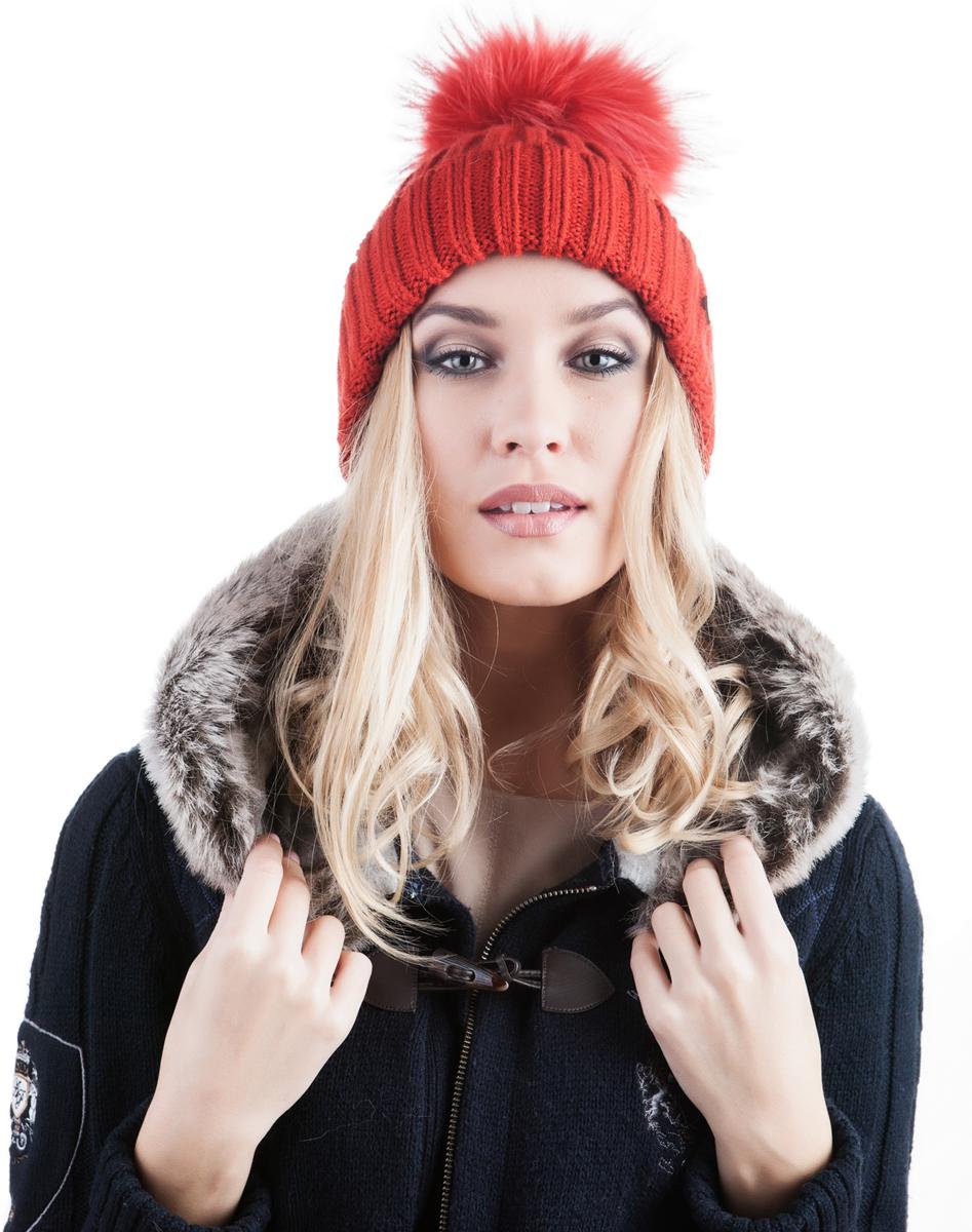 991466Женская шапка Avanta Cosma выполнена из шерсти с добавлением полиэстера. Модель с отворотом дополнена натуральным меховым помпоном и не большой металлической пластиной с логотипом бренда.
