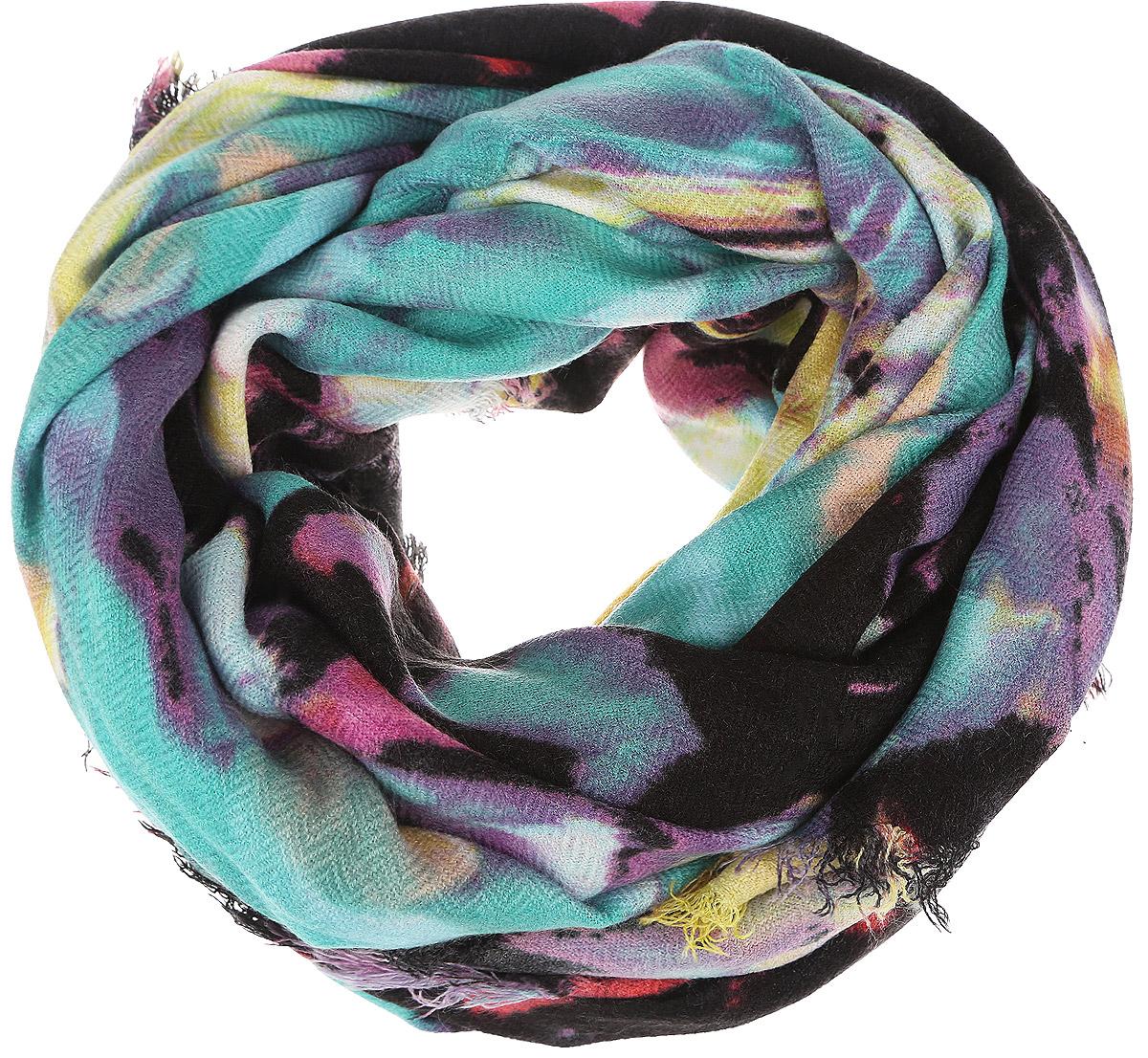 ШарфB315_MulticolorМодный женский шарф Baon подарит вам уют и станет стильным аксессуаром, который призван подчеркнуть вашу индивидуальность и женственность. Теплый шарф выполнен из вискозы с добавлением шерсти, он невероятно мягкий и приятный на ощупь. Шарф оформлен оригинальным абстрактным узором и украшен тонкой бахромой по краям. Этот модный аксессуар гармонично дополнит образ современной женщины, следящей за своим имиджем и стремящейся всегда оставаться стильной и элегантной. Такой шарф украсит любой наряд и согреет вас в непогоду, с ним вы всегда будете выглядеть изысканно и оригинально.