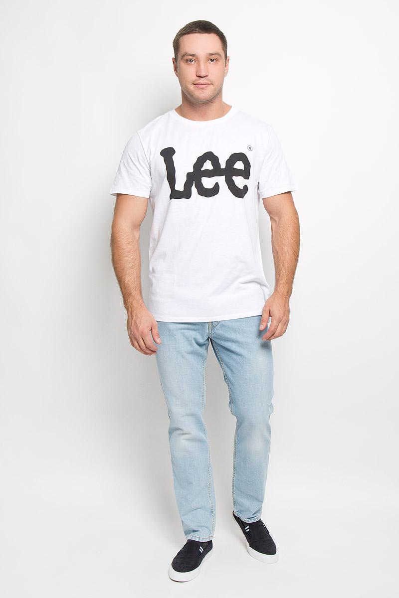 Футболка мужская. L64CAI02/L64CAI04/L64CAI12L64CAI04Стильная мужская футболка Lee выполнена из натурального хлопка. Материал очень мягкий и приятный на ощупь, обладает высокой воздухопроницаемостью и гигроскопичностью, позволяет коже дышать. Модель прямого кроя с круглым вырезом горловины и короткими рукавами. Горловина обработана трикотажной резинкой, которая предотвращает деформацию после стирки и во время носки. Модель оформлена термоаппликацией в виде названия бренда. Такая модель подарит вам комфорт в течение всего дня и послужит замечательным дополнением к вашему гардеробу.
