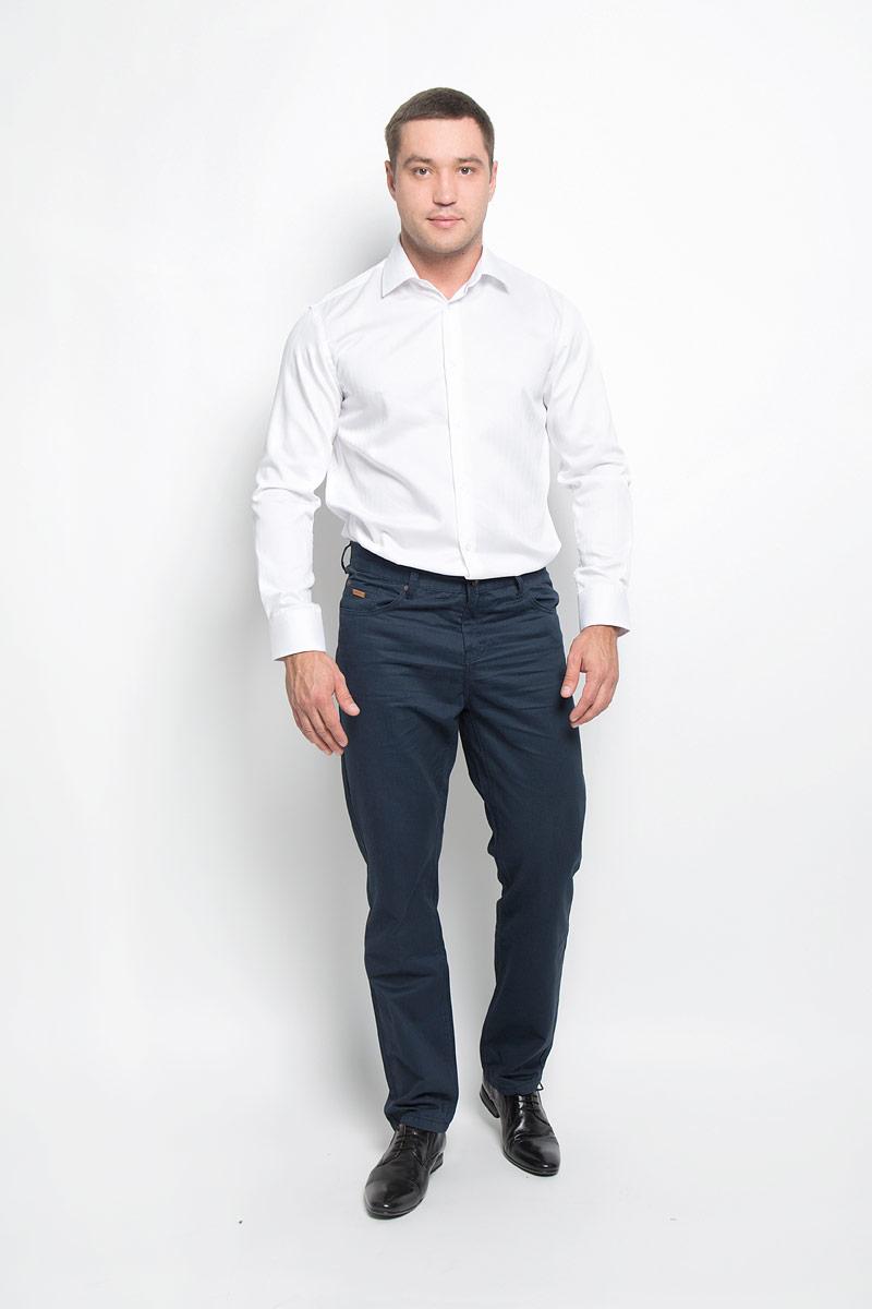 Рубашка12.018580Классическая мужская рубашка BTC выполнена из натурального хлопка. Материал изделия тактильно приятный, не стесняет движений и позволяет коже дышать, обеспечивая комфорт при носке. Рубашка прямого кроя с отложным воротником и длинными рукавами застегивается спереди на пуговицы. На манжетах также имеются застежки-пуговицы. Классическая рубашка - превосходный вариант для базового мужского гардероба и отличное решение на каждый день.