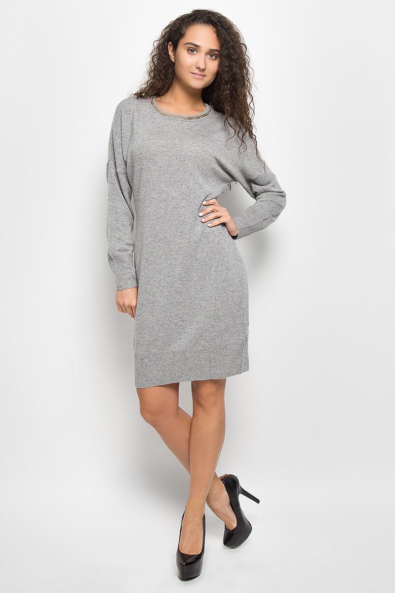 ПлатьеB452_BlackМодное платье Baon поможет создать отличный современный образ в стиле Casual. Модель, изготовленная из вискозы и полиэстера с добавлением полиамида и ангоры, очень мягкая и тактильно приятная, не сковывает движения. Платье-миди с круглым вырезом горловины и длинными рукавами-кимоно выполнено в лаконичном стиле. Горловина, манжеты рукавов и низ платья связаны резинкой. Вырез горловины оформлен металлической цепочкой. Такое платье станет стильным дополнением к вашему гардеробу, оно подарит вам комфорт в течение всего дня!