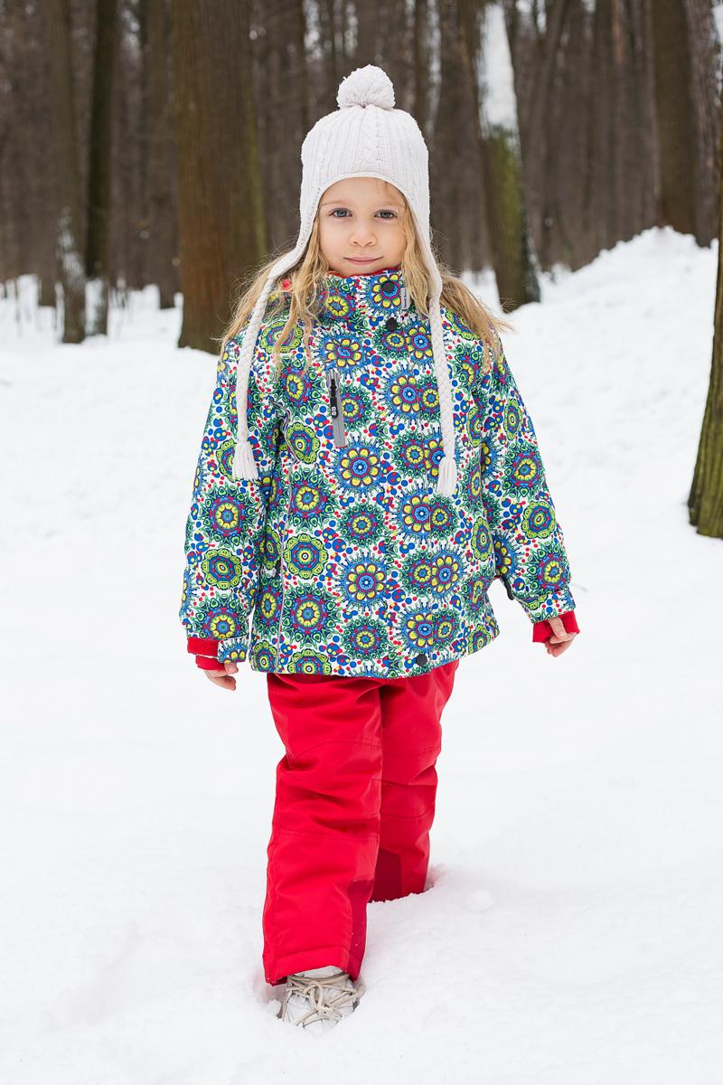 205556Комплект одежды для девочки Sweet Berry состоит из куртки и брюк. Комплект изготовлен из водонепроницаемого, дышащего и ветрозащитного материала. Пропитка материала предотвращает проникновение воды и грязи. В качестве наполнителя используется утеплитель нового поколения, который надежно сохраняет тепло. Куртка с воротником-стойка и съемным капюшоном застегивается на застежку-молнию и дополнительно на ветрозащитный клапан с кнопками и липучками. Капюшон, дополненный эластичным шнурком со стопперами, крепится в куртке с помощью застежки-молнии и кнопок. Низ рукавов с внутренней стороны дополнен эластичными напульсниками с отверстиями для больших пальцев, которые предотвращают проникновение снега и ветра. Манжеты рукавов присборены на резинки и дополнены регулирующими хлястиками на липучках. Спереди модель дополнена двумя прорезными карманами на застежках-молниях, на груди - прорезным карманом на застежке-молнии, с внутренней стороны - накладным карманом. Нижняя...