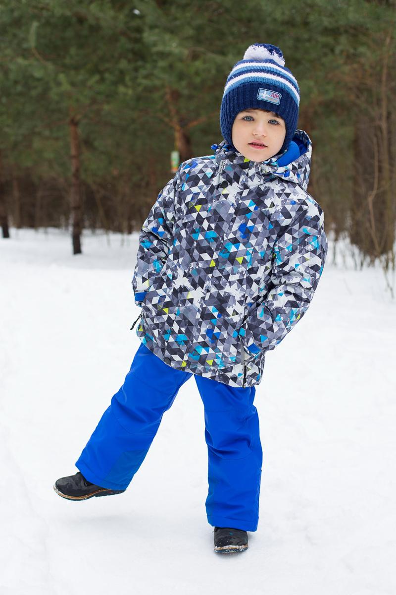 206408Комплект одежды для мальчика Sweet Berry состоит из куртки и брюк. Комплект изготовлен из водонепроницаемого, дышащего и ветрозащитного материала. Пропитка материала предотвращает проникновение воды и грязи. В качестве наполнителя используется утеплитель нового поколения, который надежно сохраняет тепло. Куртка с воротником-стойка и съемным капюшоном застегивается на застежку-молнию и дополнительно на ветрозащитный клапан с кнопками и липучками. Капюшон, дополненный эластичным шнурком со стопперами, крепится в куртке с помощью застежки-молнии и кнопок. Низ рукавов с внутренней стороны дополнен эластичными напульсниками с отверстиями для больших пальцев, которые предотвращают проникновение снега и ветра. Спереди модель дополнена двумя прорезными карманами на застежках-молниях, с внутренней стороны - накладным карманом. Нижняя часть куртки регулируется с помощью эластичного шнурка со стопперами. С внутренней стороны куртка дополнена снегозащитной юбкой. Брюки застегиваются...
