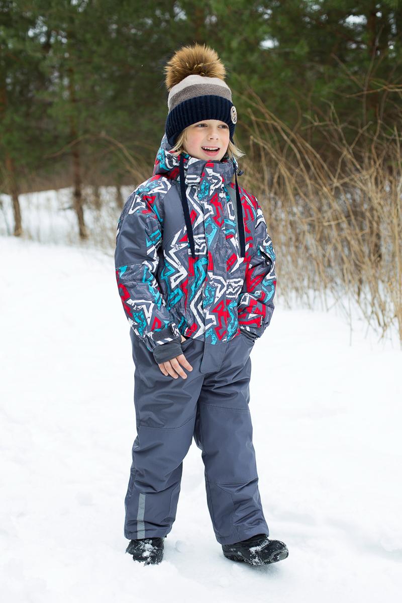 206410Теплый комбинезон для мальчика Sweet Berry идеально подойдет для ребенка в холодное время года. Модель изготовлена из водоотталкивающей и ветрозащитной ткани. В качестве утеплителя используется полиэстер. Комбинированная подкладка выполнена из полиэстера, содержит мягкие флисовые вставки. Комбинезон с капюшоном, воротником-стойкой и цельнокроеными рукавами застегивается на пластиковую молнию и дополнительно ветрозащитным клапаном на липучки. Рукава дополнены трикотажными манжетами, которые не позволяют просачиваться холодному воздуху. На талии предусмотрена вшитая широкая эластичная резинка. Снизу брючин предусмотрены застежки-молнии и хлястики с липучками. Модель дополнена двумя карманами на застежках-молниях. Комбинезон снабжен светоотражающими деталями для безопасности ребенка в темное время суток.