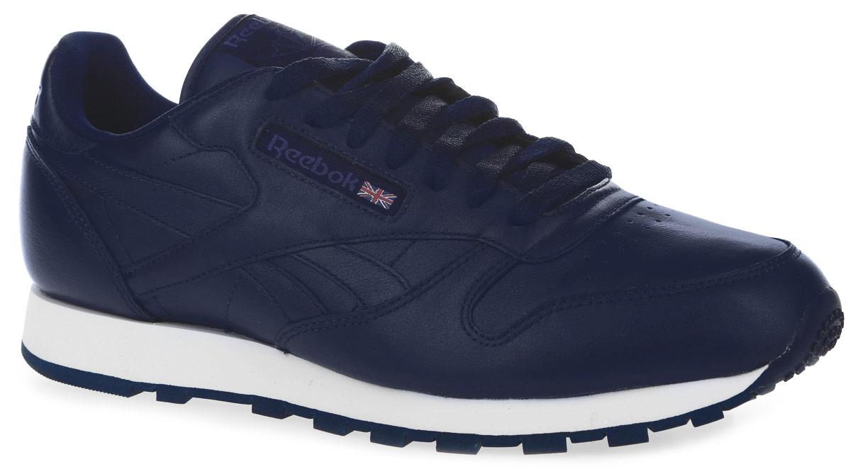 Кроссовки мужские Cl Leather Pre. AR1537AR1537Стильные кроссовки Reebok Cl Leather Pre не оставят вас равнодушным. Модель выполнена из натуральной кожи. Боковая часть оформлена текстильной вставкой с названием бренда, язычок - нашивкой с логотипом Reebok, задник - тиснением с названием бренда. Мыс оформлен перфорацией. Модель фиксируется на ноге с помощью шнурков. Мягкий манжет создает комфорт при ходьбе. Подкладка изготовлена из мягкого текстиля, удобного при носке. Стелька выполнена из текстиля с добавлением легкого ЭВА-материала, который обеспечивает отличную амортизацию. Подошва выполнена из легкой и гибкой резины. Рифление на подошве гарантирует идеальное сцепление с поверхностью. Комфортные и модные кроссовки займут достойное место в вашем гардеробе.