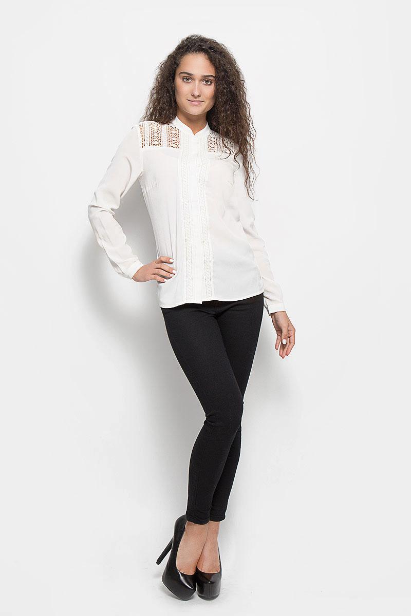 B176502_MilkСтильная женская блуза Baon, выполненная из полиэстера, подчеркнет ваш уникальный стиль и поможет создать оригинальный женственный образ. Блузка с длинными рукавами и круглым вырезом горловины застегивается на пуговицы спереди. Манжеты рукавов также застегиваются на пуговицы. Модель украшена кружевными вставками с цветочным узором. Такая блузка идеально подойдет для жарких летних дней. Эта блузка будет дарить вам комфорт в течение всего дня и послужит замечательным дополнением к вашему гардеробу.