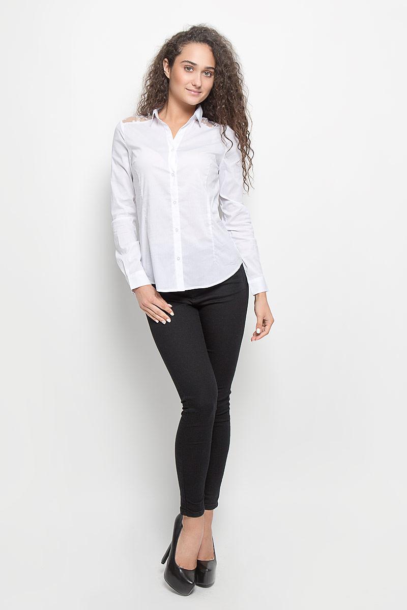 B-112/1118-6351Стильная женская блуза Sela, выполненная из эластичного хлопка с добавлением нейлона, подчеркнет ваш уникальный стиль и поможет создать оригинальный женственный образ. Блузка с длинными рукавами и отложным воротником застегивается на пуговицы спереди. Манжеты рукавов также застегиваются на пуговицы. Модель украшена прозрачными кружевными вставками на плечах. Эта блузка будет дарить вам комфорт в течение всего дня и послужит замечательным дополнением к вашему гардеробу.
