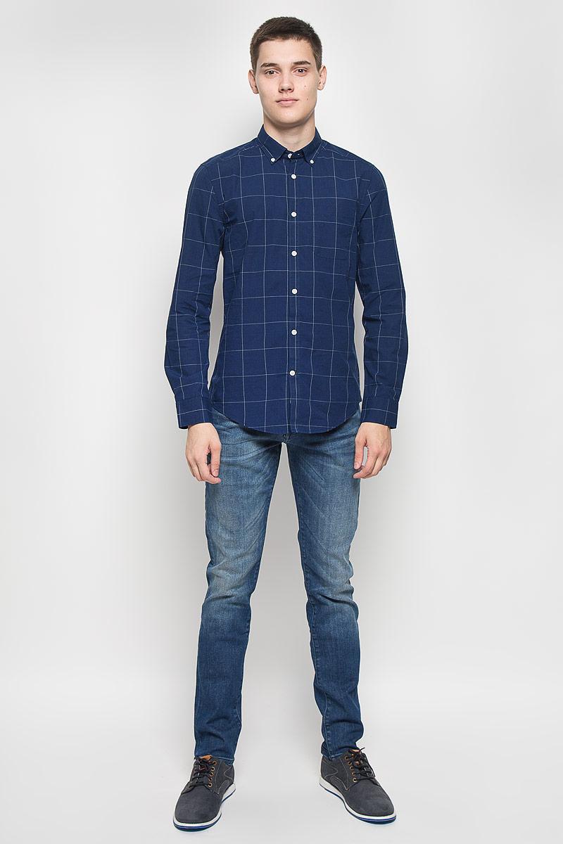 РубашкаMX3023487Мужская рубашка Mexx, изготовленная из хлопка, станет стильным дополнением к вашему гардеробу. Материал изделия мягкий и приятный на ощупь, не сковывает движения и позволяет коже дышать. Приталенная модель с отложным воротником и длинными рукавами застегивается на пуговицы по всей длине. На манжетах и воротнике предусмотрены застежки-пуговицы. На груди расположен накладной карман. Оформлено изделие принтом в клетку. Эта рубашка идеальный вариант для повседневного гардероба. Такая модель порадует настоящих ценителей комфорта и практичности.