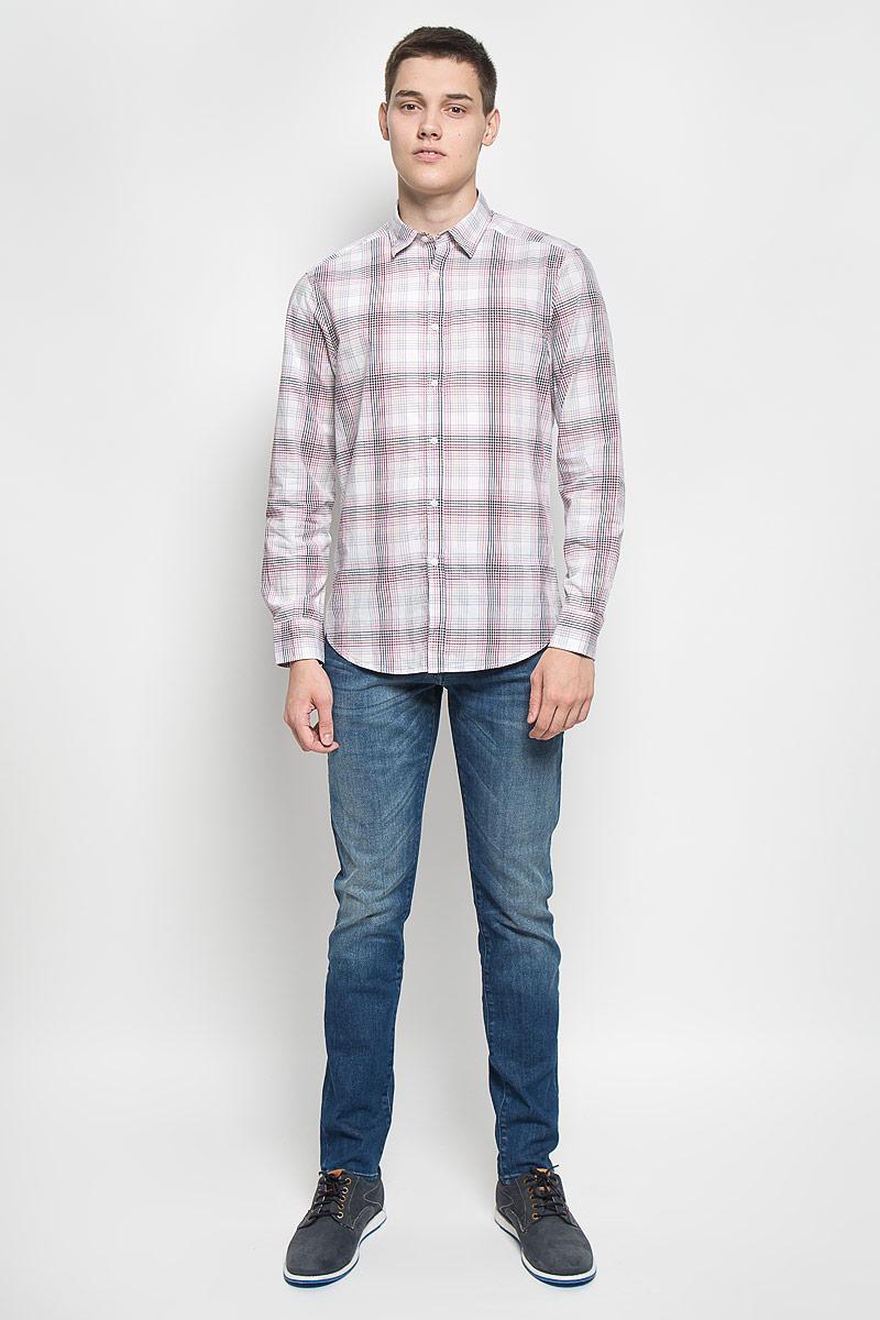 MX3020433Стильная мужская рубашка Mexx изготовлена из хлопка. Материал изделия мягкий и приятный на ощупь, не сковывает движения и позволяет коже дышать. Рубашка с отложным воротником и длинными рукавами застегивается на пуговицы по всей длине. На манжетах предусмотрены застежки-пуговицы. Оформлено изделие принтом в клетку. Эта рубашка идеальный вариант для повседневного гардероба. Такая модель порадует настоящих ценителей комфорта и практичности.