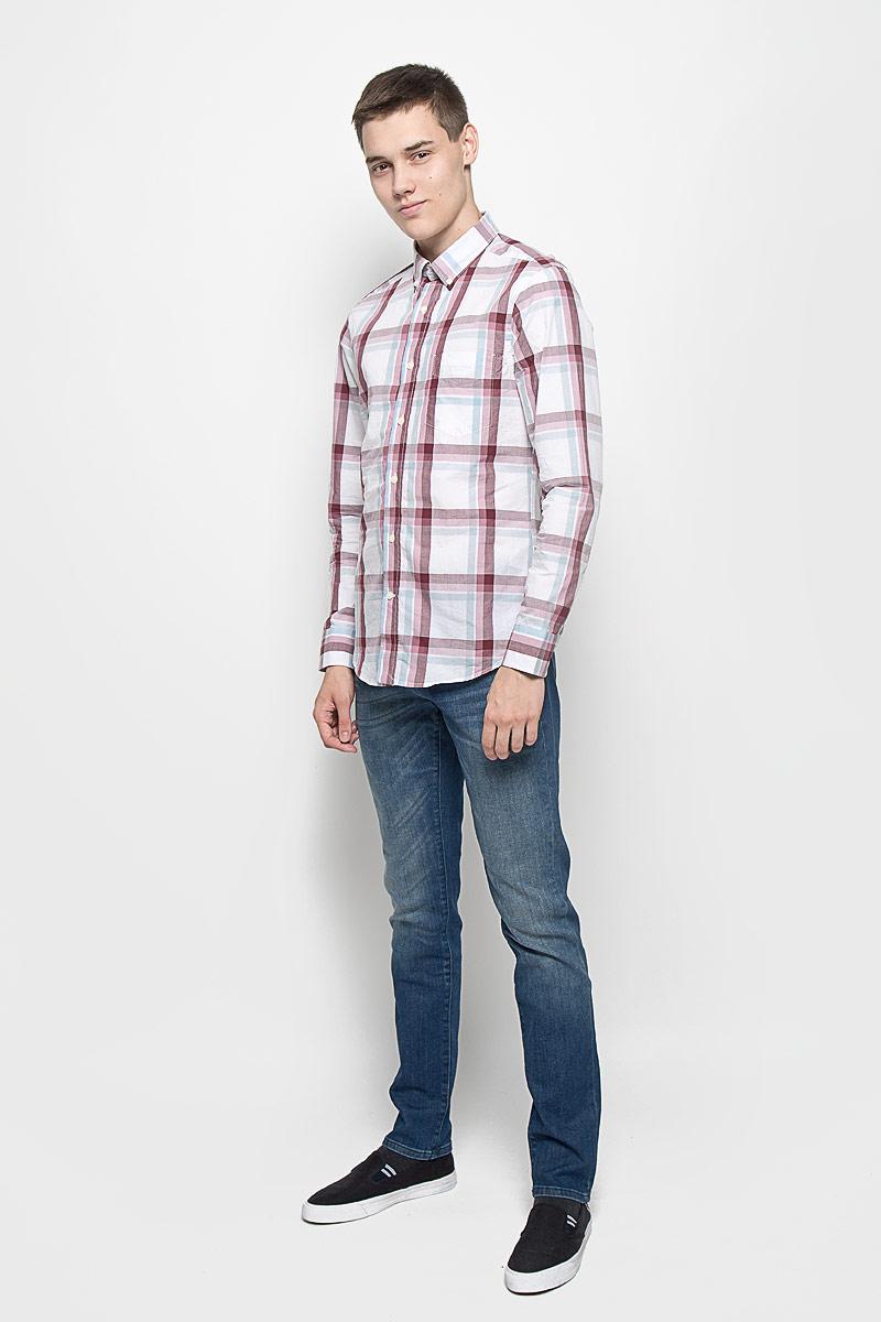 РубашкаMX3020029Стильная мужская рубашка Mexx изготовлена из хлопка. Материал изделия мягкий и приятный на ощупь, не сковывает движения и позволяет коже дышать. Рубашка с отложным воротником и длинными рукавами застегивается на пуговицы по всей длине. На манжетах и воротнике предусмотрены застежки-пуговицы. На груди расположен накладной карман. Оформлено изделие принтом в клетку. Эта рубашка идеальный вариант для повседневного гардероба. Такая модель порадует настоящих ценителей комфорта и практичности.