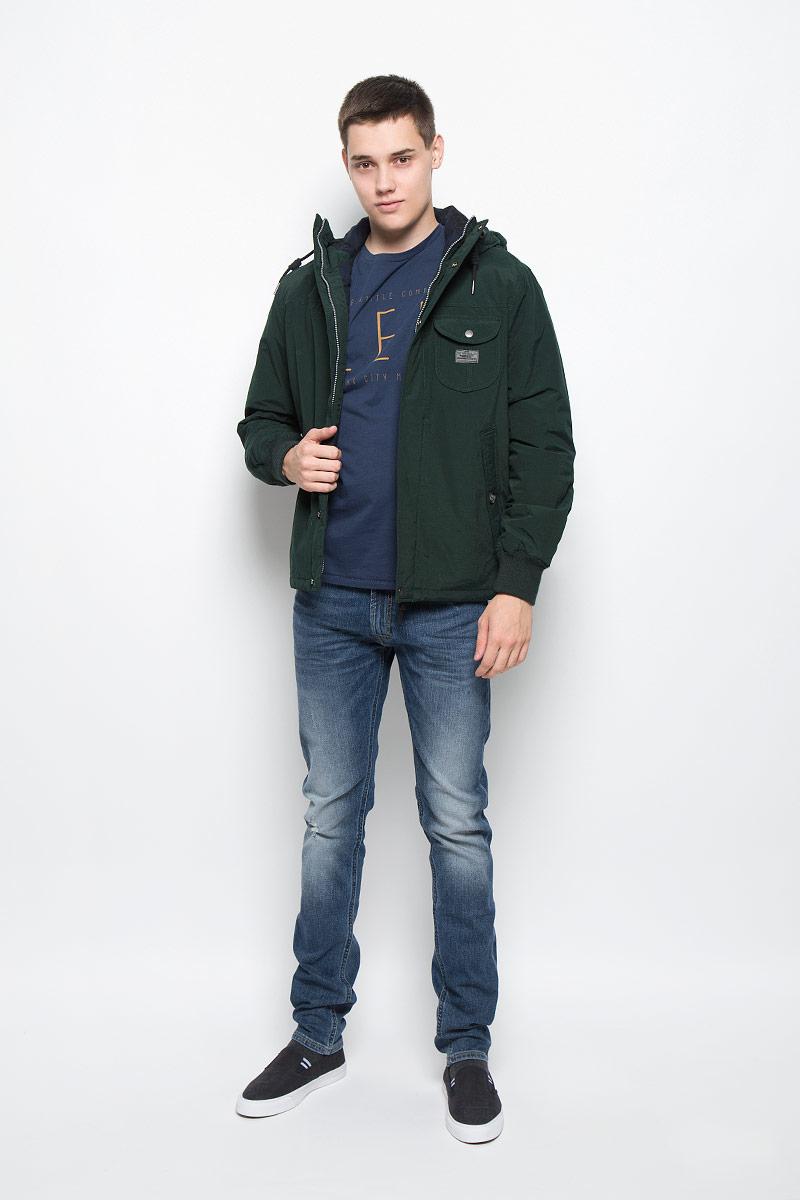 КурткаL88MWRBBУтепленная мужская куртка Lee отлично подойдет для прохладной погоды. Модель выполнена из приятного материала. Свободный покрой не сковывает движений. Центральная застежка-молния дублируется ветрозащитным клапаном на кнопках. Куртка оснащена не отстегивающимся капюшоном на кулиске. Манжеты рукавов оформлены широкой резинкой, что препятствует проникновению холодного воздуха. По бокам изделия расположены два глубоких втачных кармана на пуговице, с внутренней стороны - кармашек без застежки. Такая куртка обеспечит вам не только красивый внешний вид и комфорт, но и дополнительную защиту от холода и ветра.