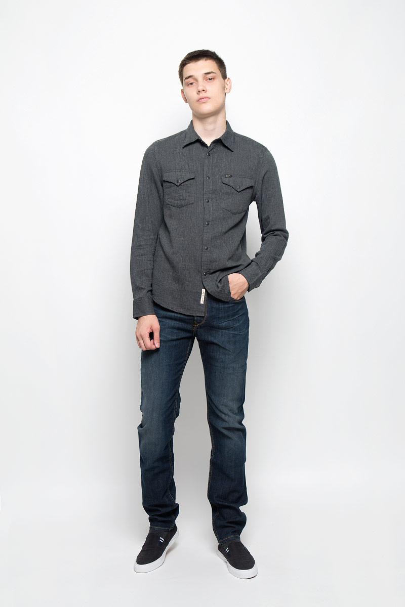 L644MNCFМужская рубашка Lee, выполненная из натурального хлопка, идеально дополнит ваш образ. Материал мягкий и приятный на ощупь, не сковывает движения и позволяет коже дышать. Рубашка с длинными рукавами и отложным воротником застегивается на кнопки, сверху - на пуговицу. На манжетах предусмотрены застежки-пуговицы и застежки-кнопки. На груди расположены накладные карманы с клапанами на кнопках. Модель оформлена фирменными нашивками. Такая модель будет дарить вам комфорт в течение всего дня и станет стильным дополнением к вашему гардеробу.